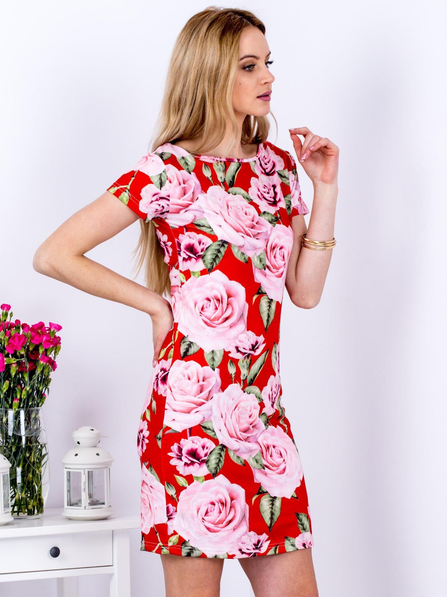 7640df1e25 Czerwona prosta sukienka w kolorowe róże - Sukienka dopasowana ...