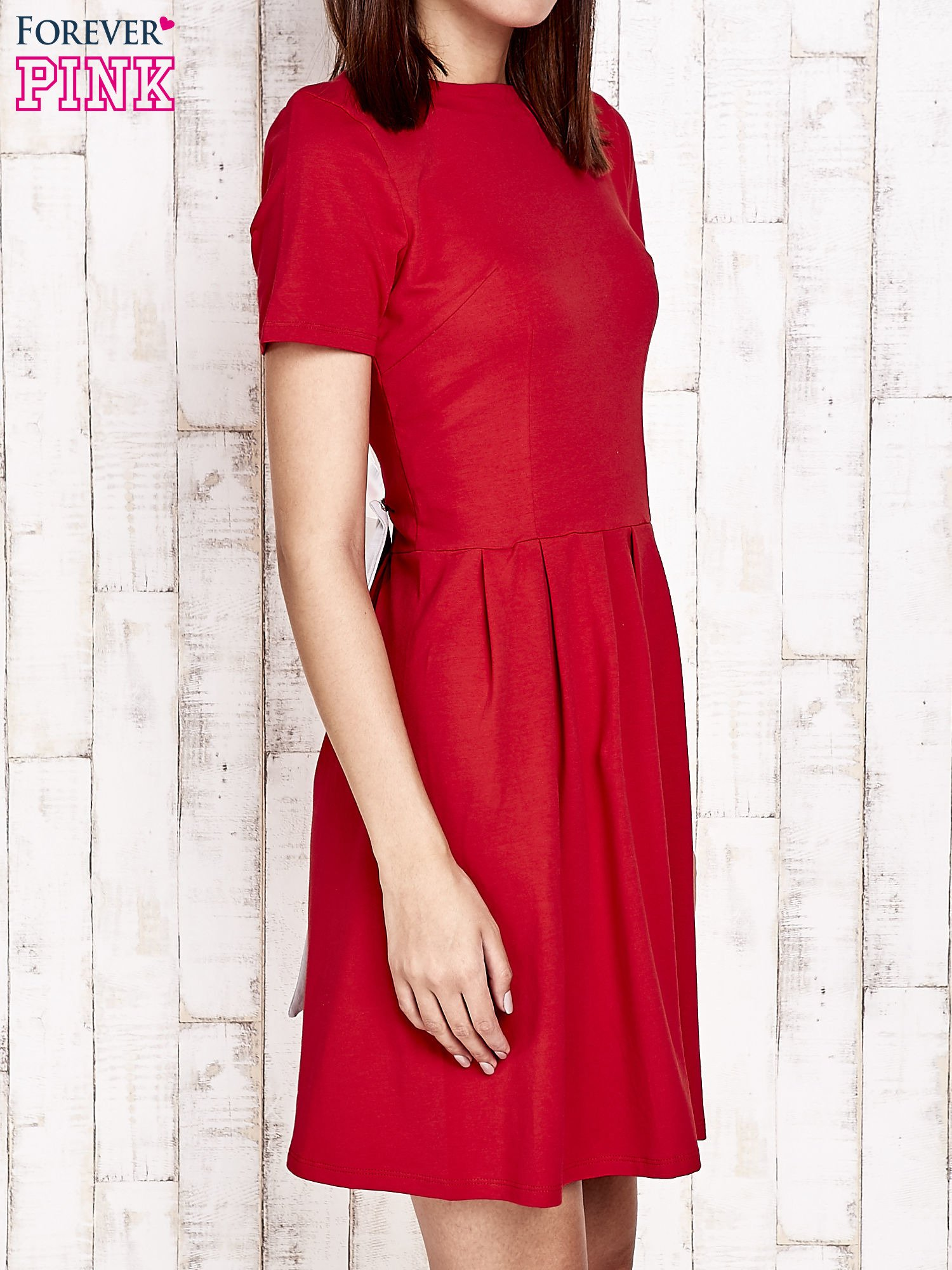 Czerwona sukienka dresowa wiązana na kokardę z tyłu                                  zdj.                                  3