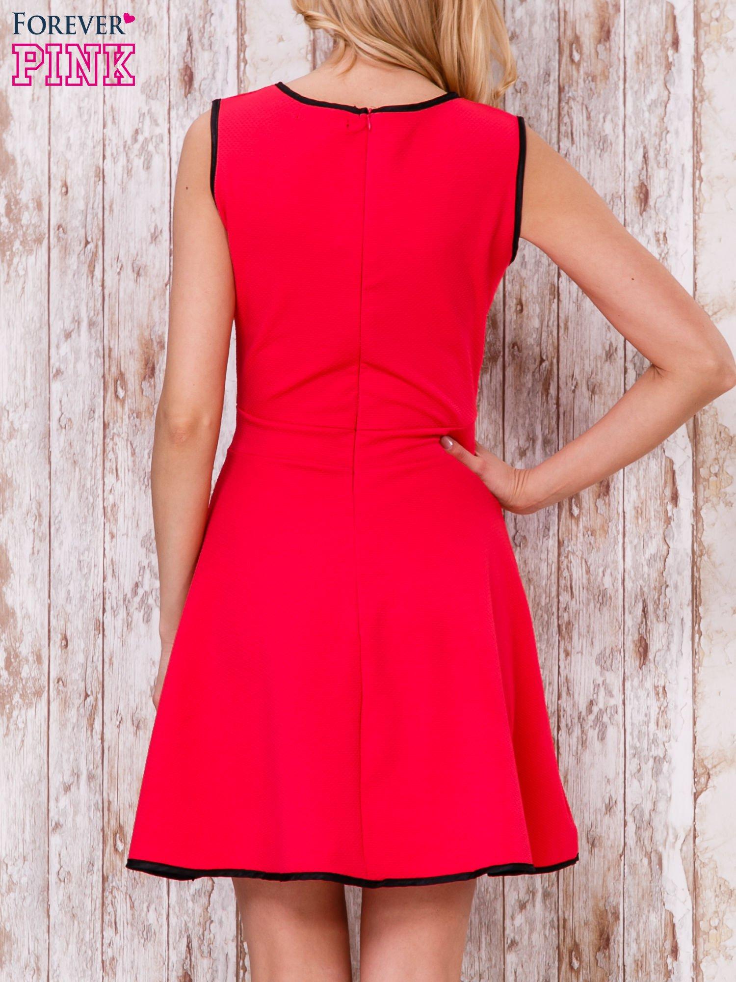 Czerwona sukienka skater z satynową lamówką                                  zdj.                                  2