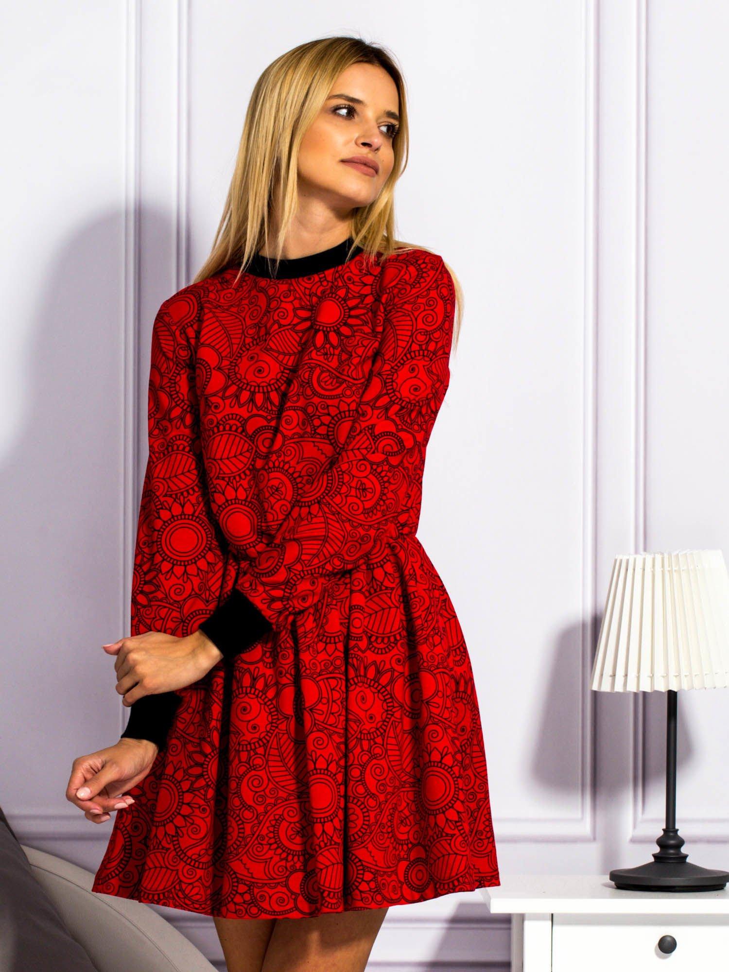4868b490 Czerwona sukienka w ornamentowe wzory