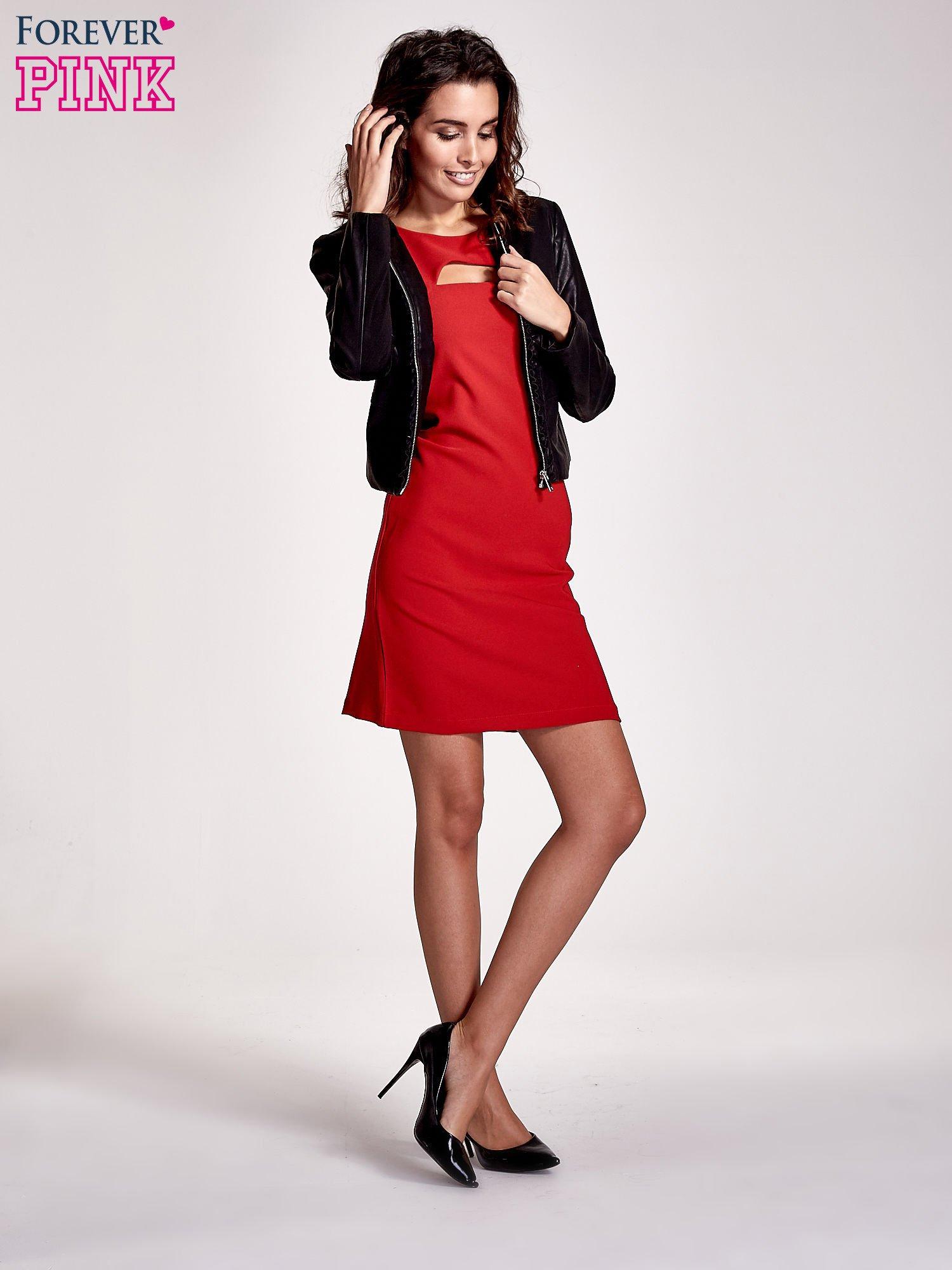 Czerwona sukienka z wycięciem na dekolcie                                  zdj.                                  2