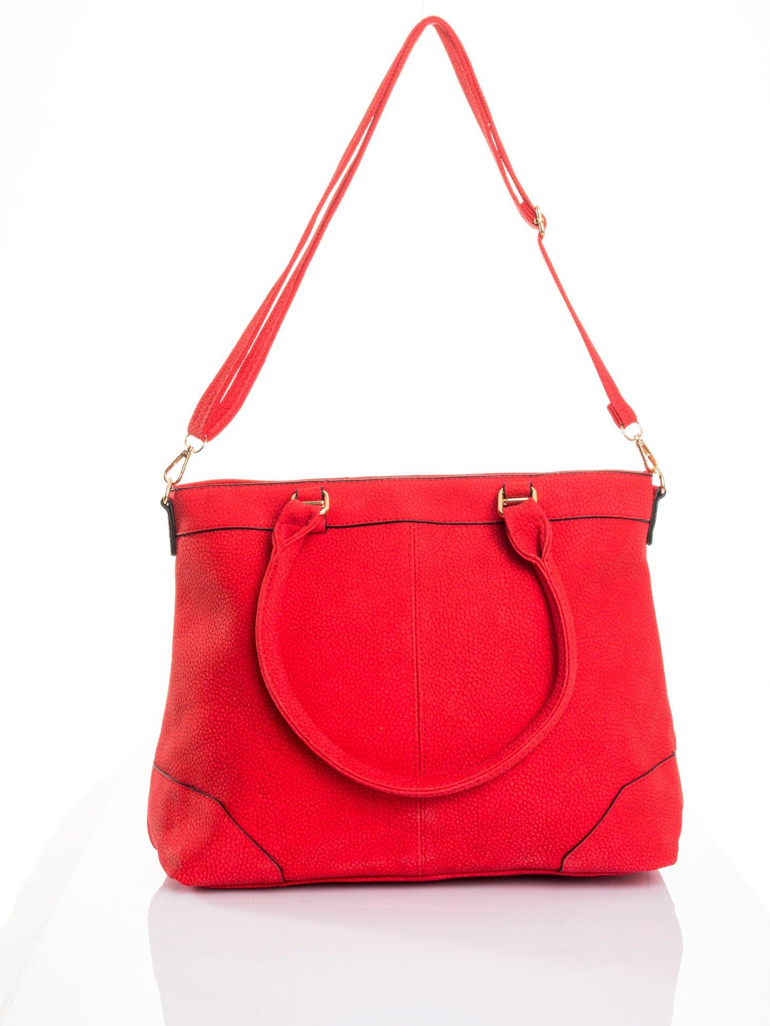 Czerwona torba na ramię ze złotymi okuciami                                  zdj.                                  6