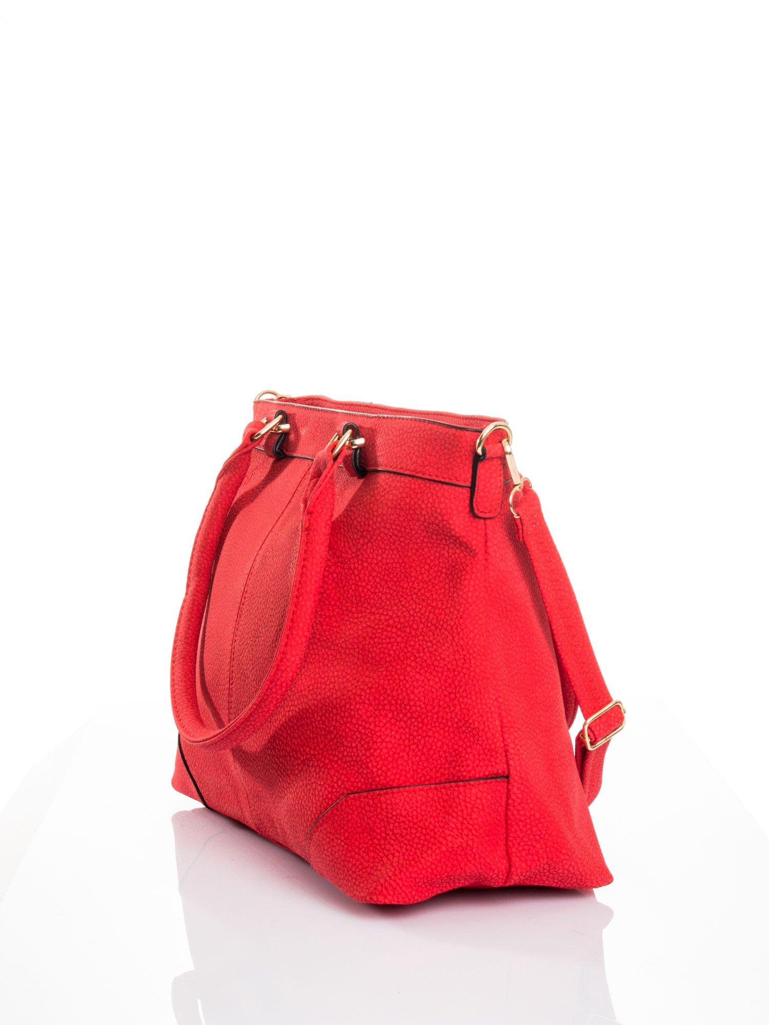 Czerwona torba na ramię ze złotymi okuciami                                  zdj.                                  5