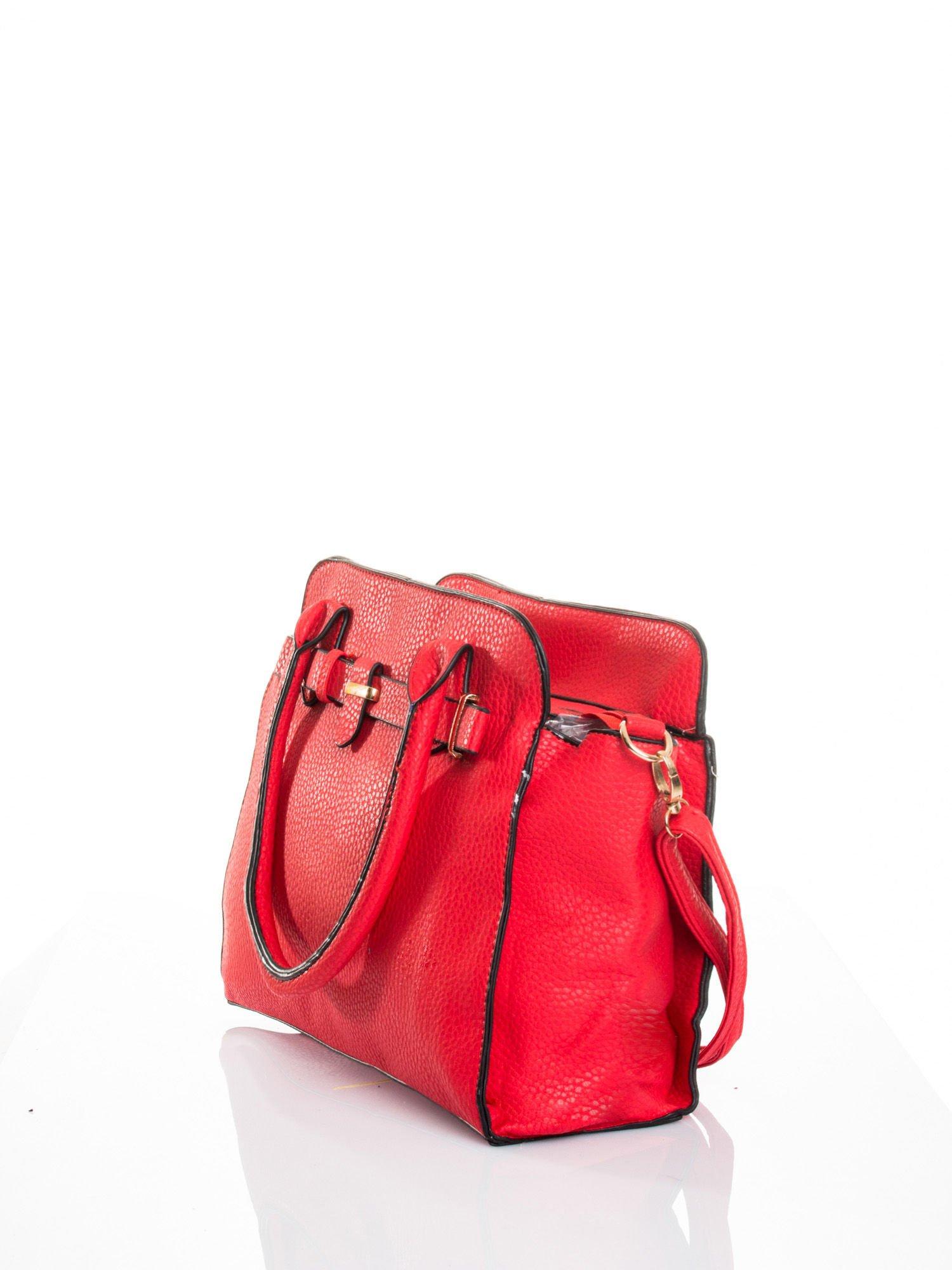 Czerwona torba z klamrami z odpinanym paskiem                                  zdj.                                  4