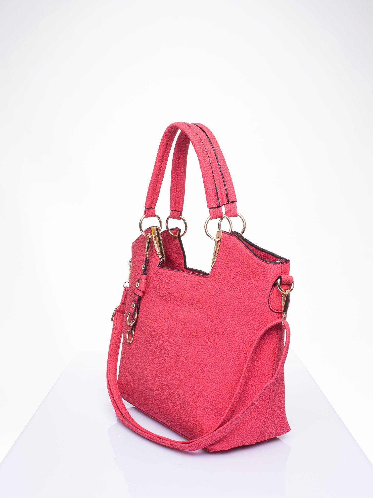 Czerwona torebka miejska z ozdobną przypinką                                  zdj.                                  2