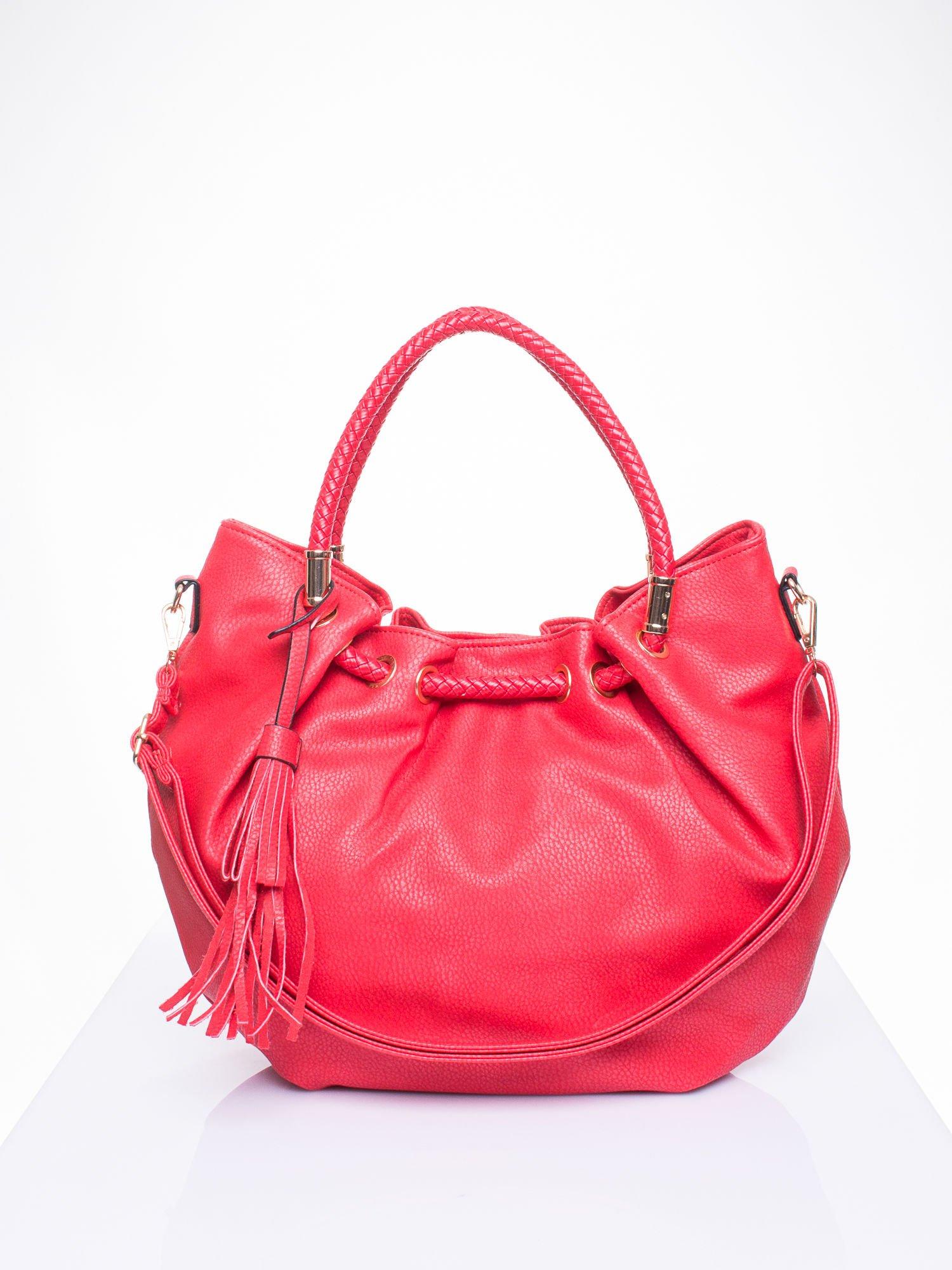 Czerwona torebka z plecionymi uchwytami i frędzlami                                  zdj.                                  1