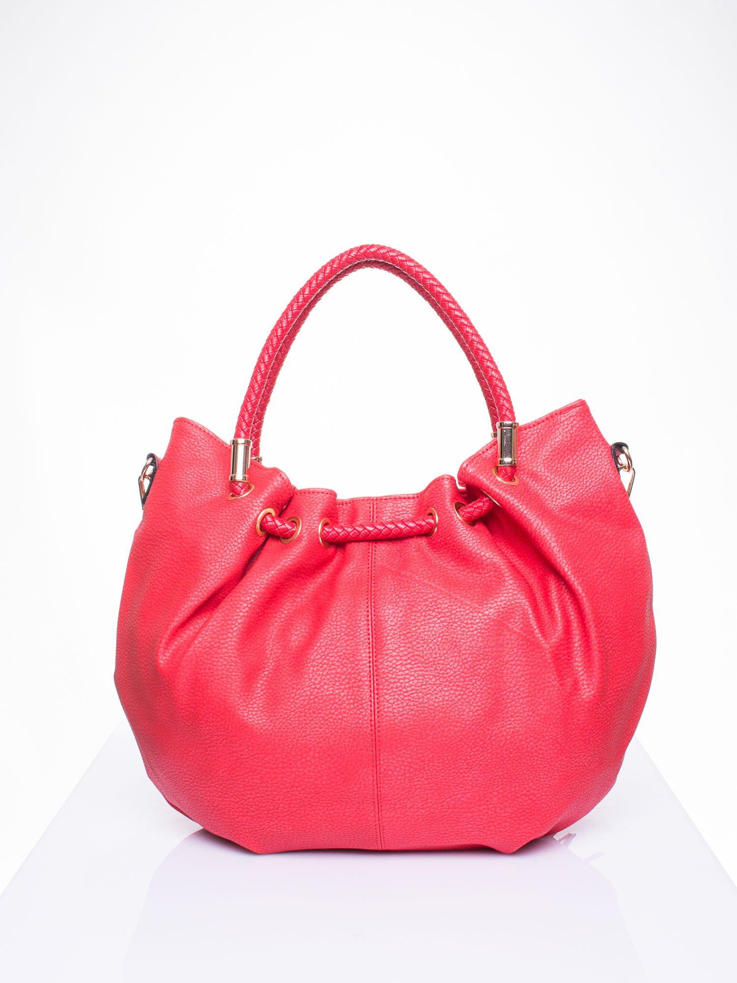 Czerwona torebka z plecionymi uchwytami i frędzlami                                  zdj.                                  3
