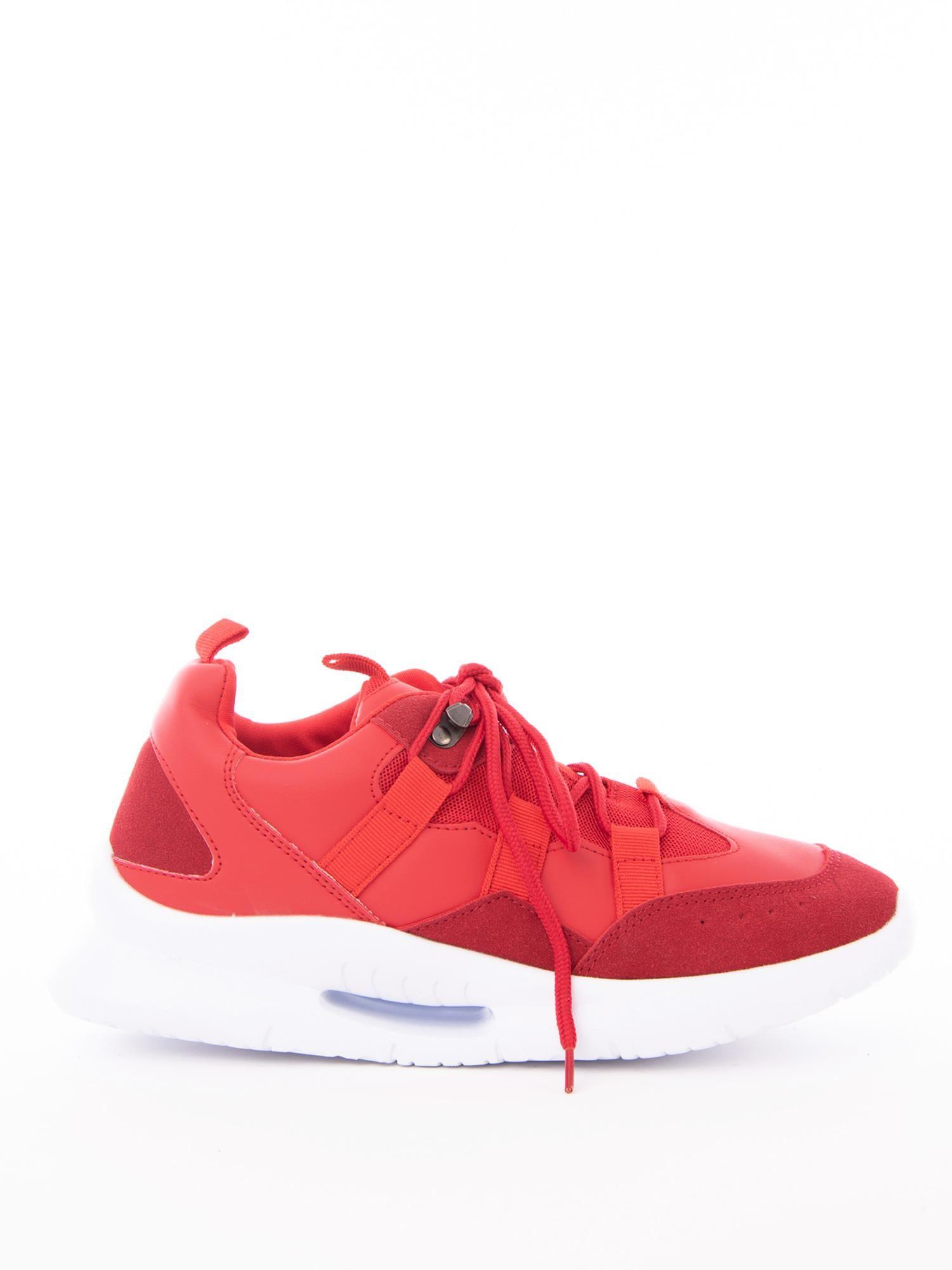 b21f7951 Czerwone buty sportowe z ozdobnym sznurowaniem i sprężystą podeszwą ...