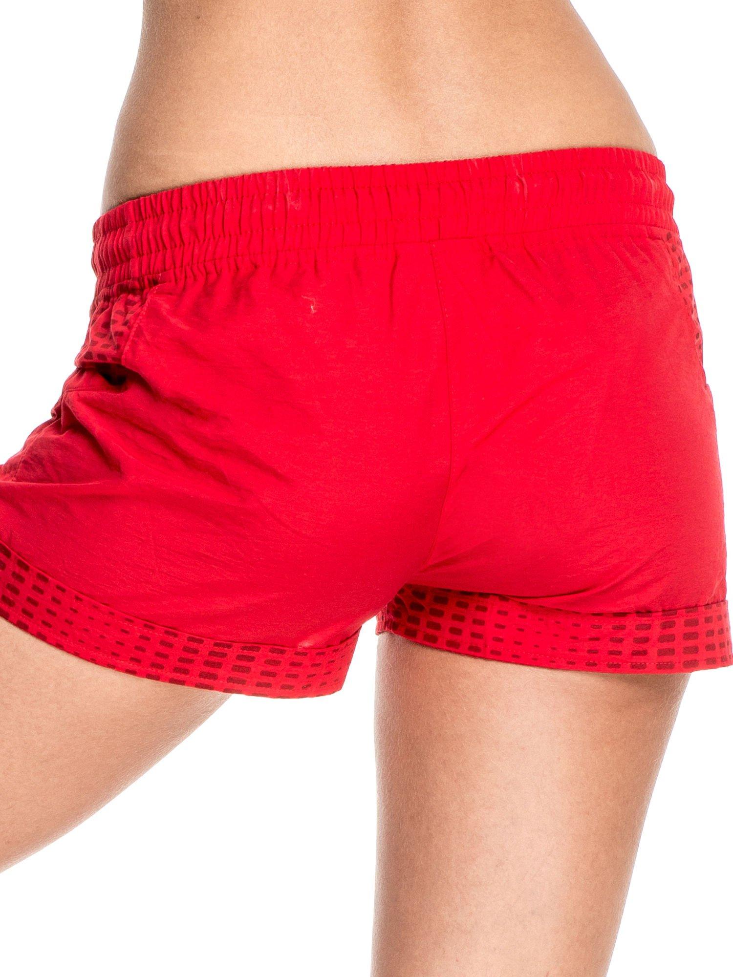 Czerwone damskie szorty sportowe wiązane w pasie                                  zdj.                                  6
