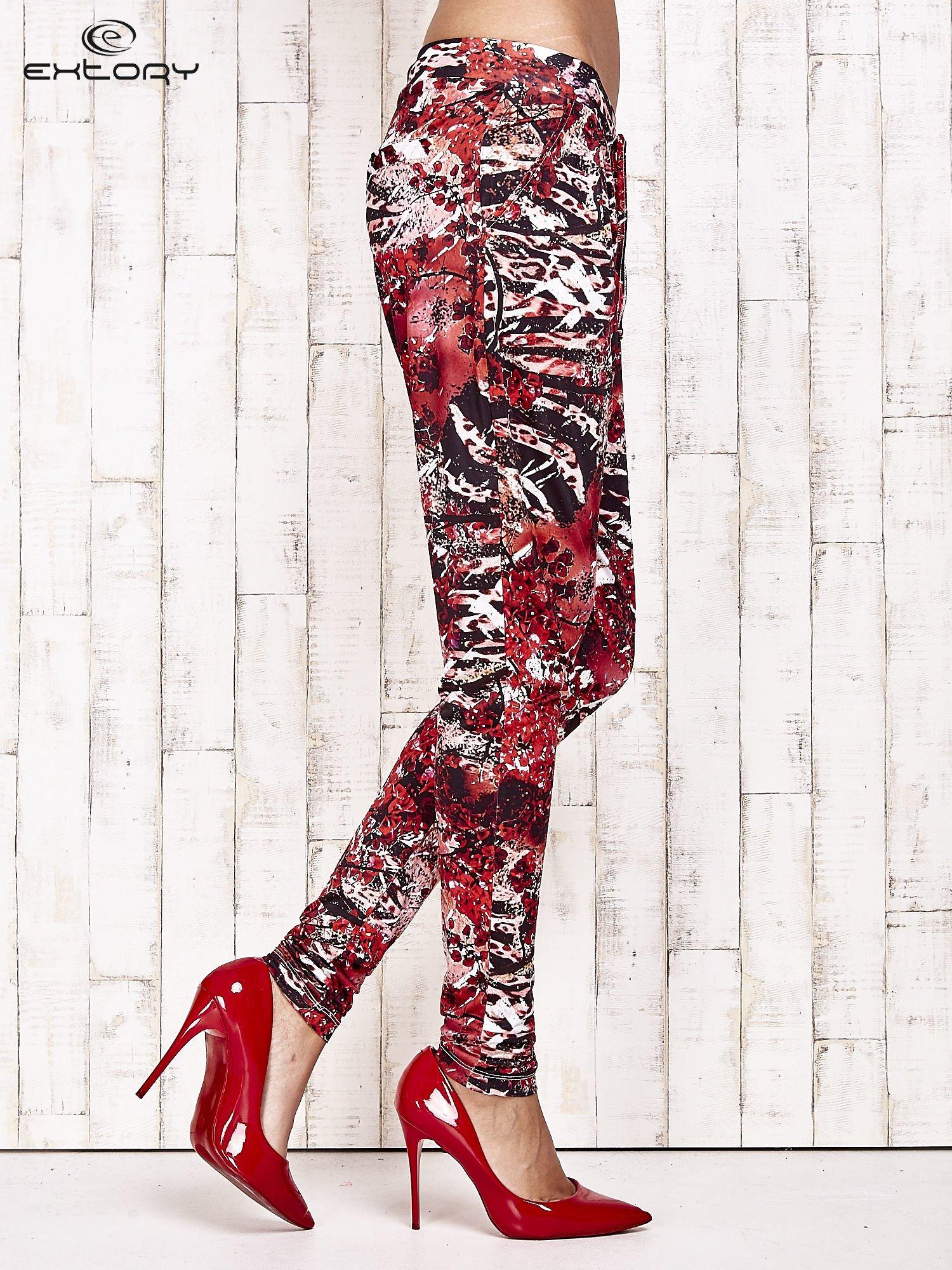 Czerwone lejące spodnie z graficznym nadrukiem                                  zdj.                                  3