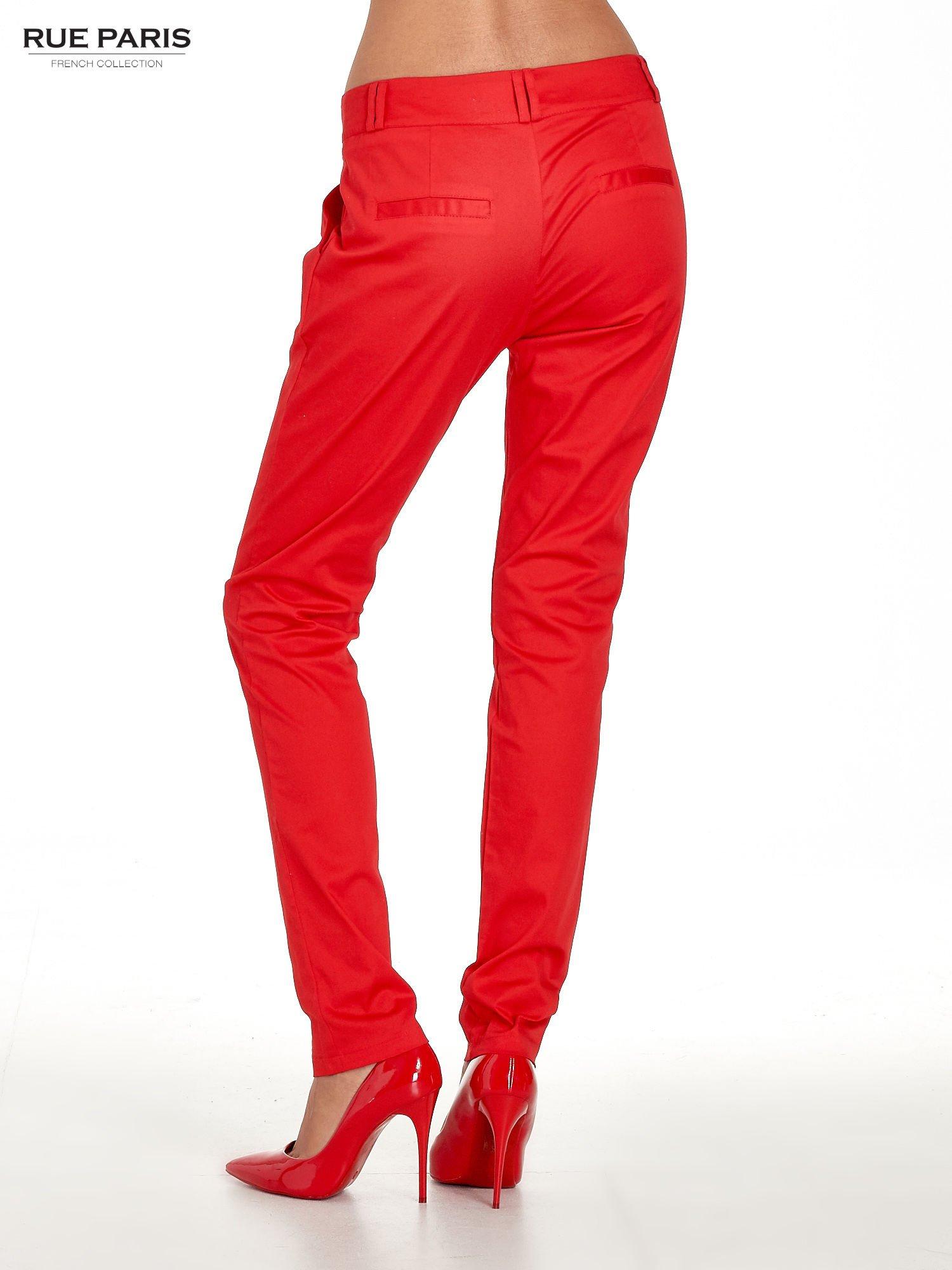 Czerwone spodnie cygaretki z zakładkami                                  zdj.                                  2