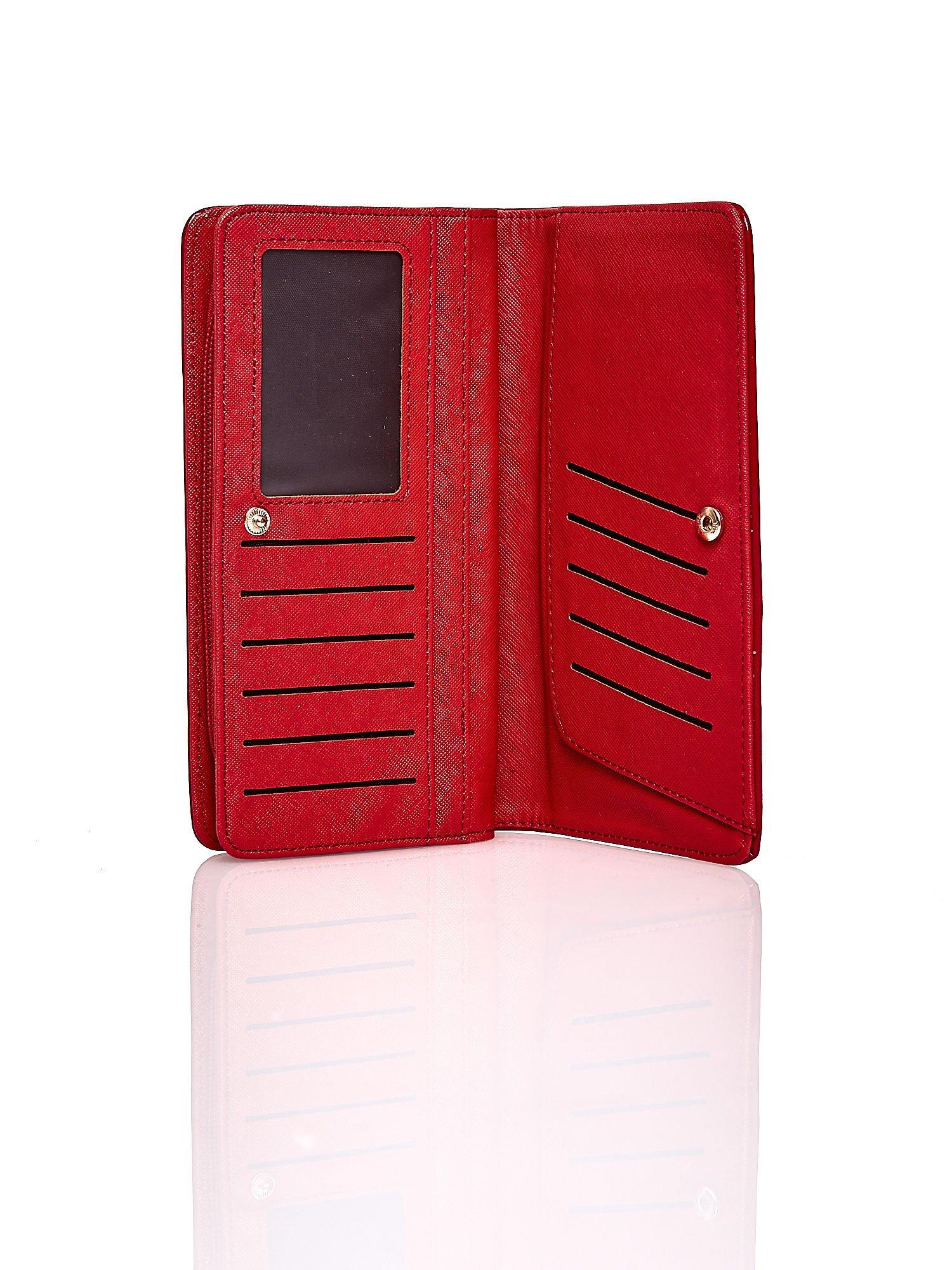 Czerwony pikowany portfel z kwiatowym tłoczeniem                                  zdj.                                  4