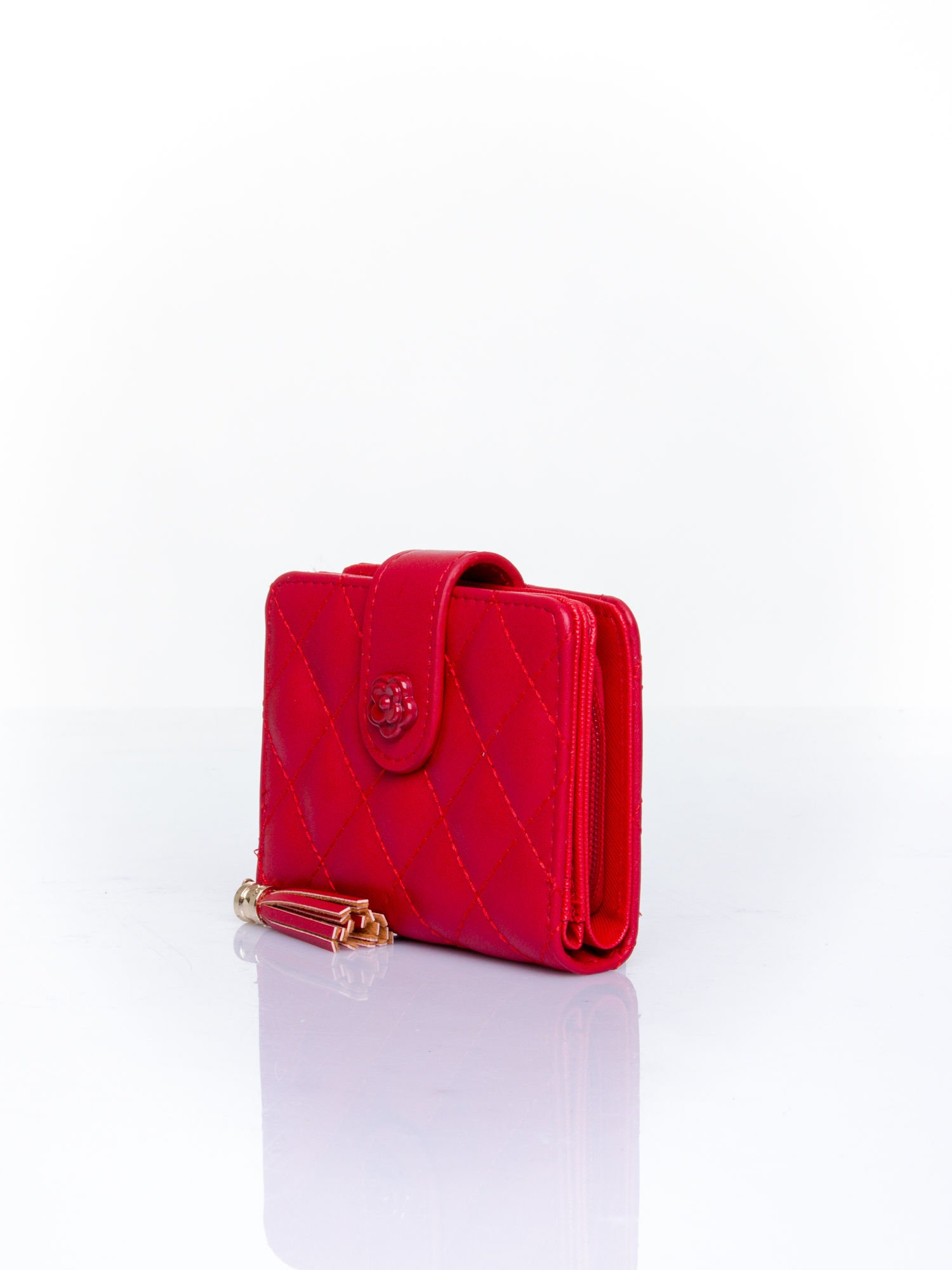 Czerwony pikowany portfel z ozdobnym zapięciem                                  zdj.                                  3