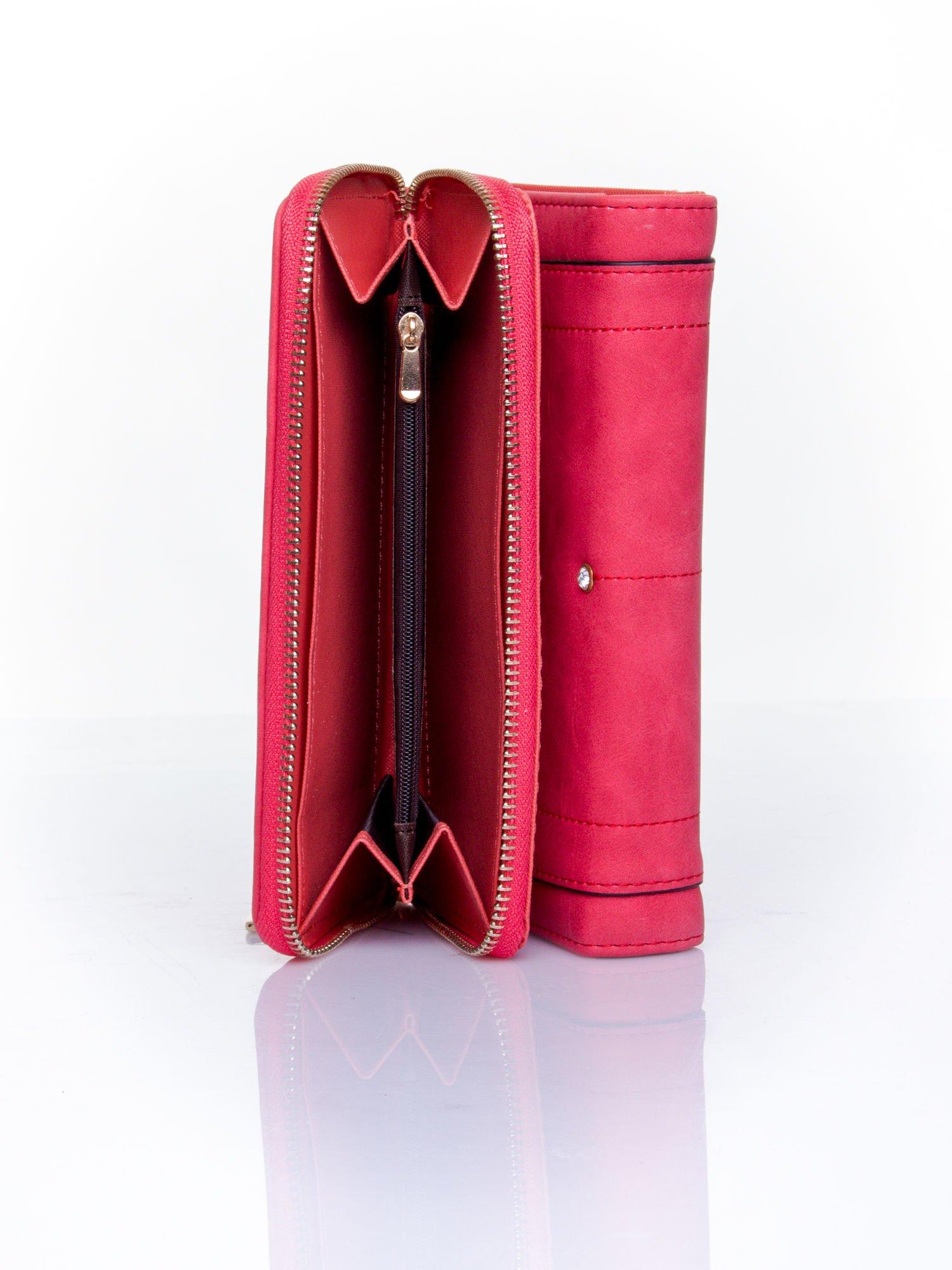 Czerwony portfel z dżetami i ozdobnym zapięciem                                  zdj.                                  5