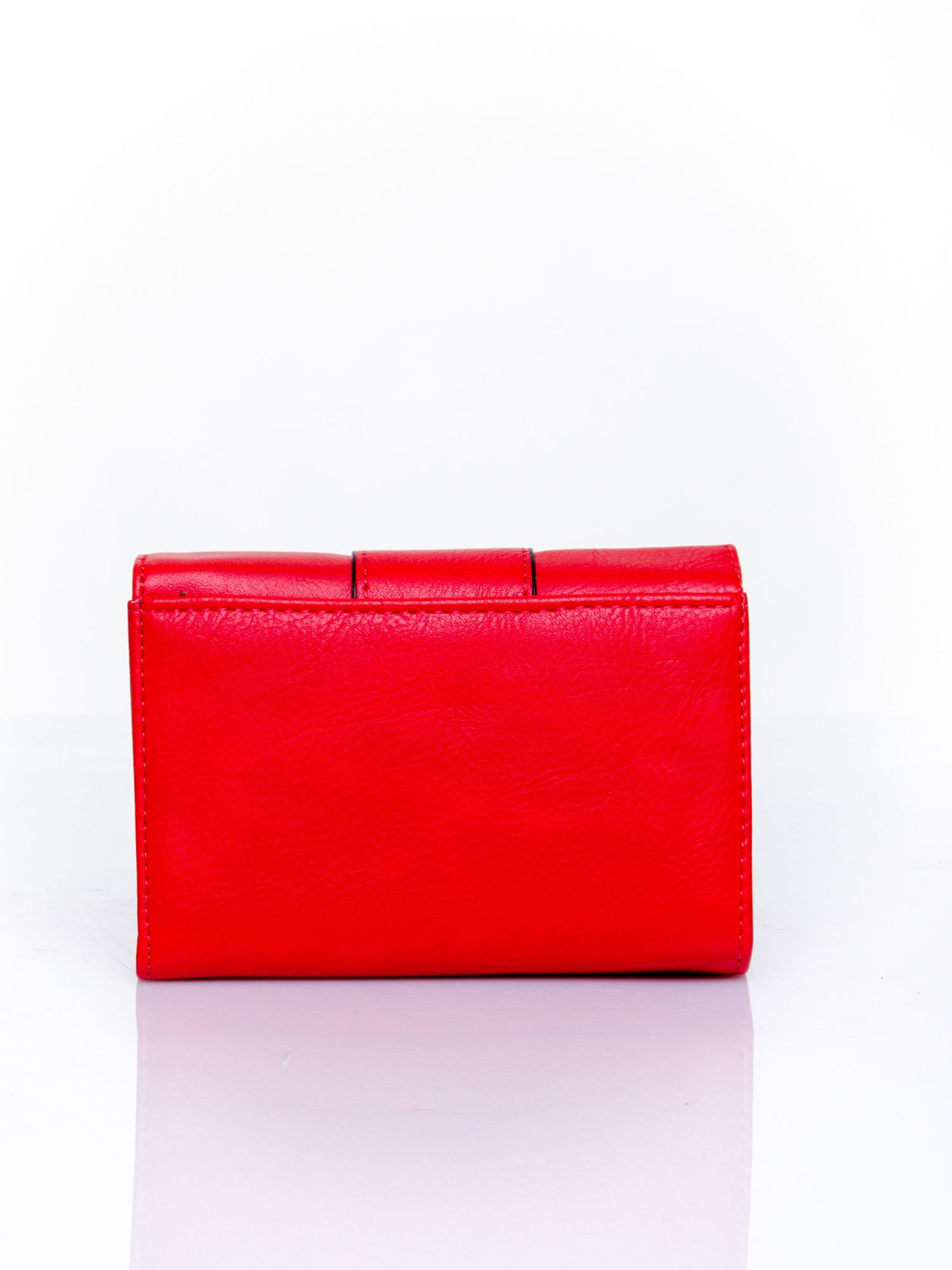 Czerwony portfel z ozdobnym zapięciem                                  zdj.                                  2