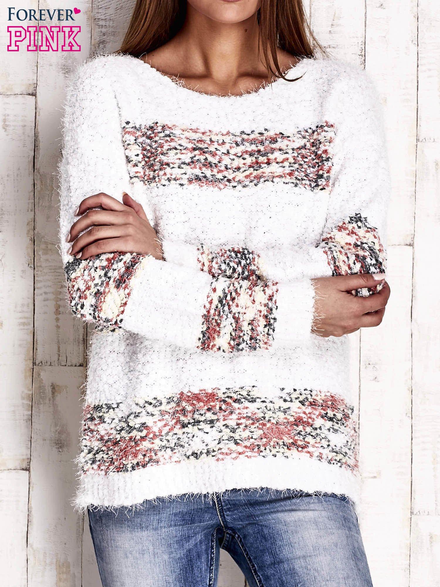 Czerwony puszysty sweter w kolorowe pasy                                  zdj.                                  1