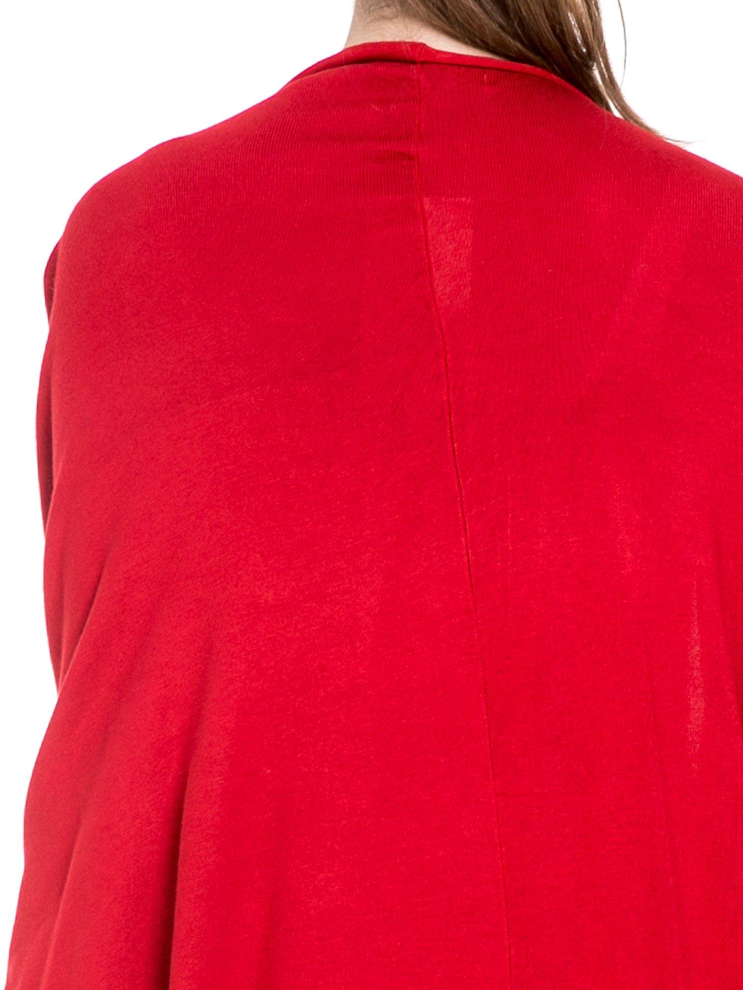 Czerwony sweter narzutka z nietoperzowymi rękawami                                  zdj.                                  5