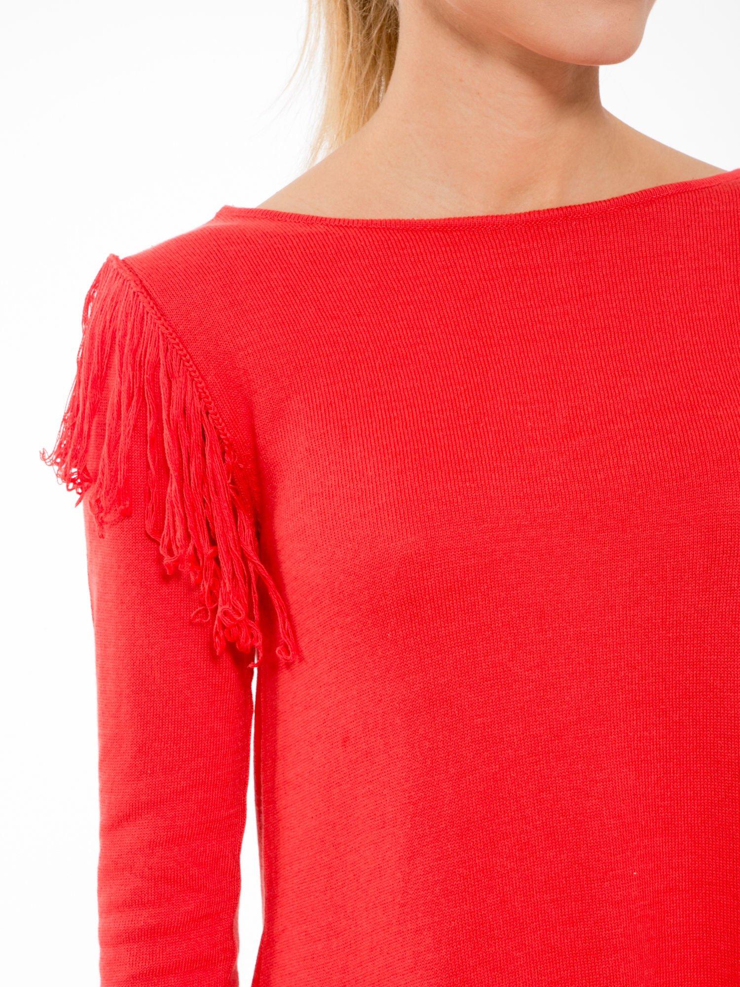 Czerwony sweter z frędzlami przy ramionach i dekoltem na plecach                                  zdj.                                  5