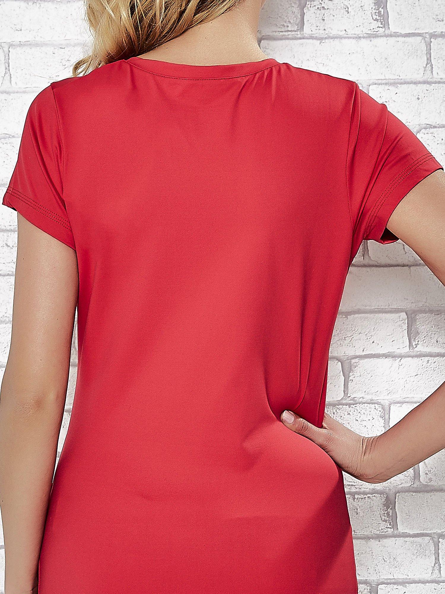 Czerwony t-shirt sportowy z dekoltem V-neck PLUS SIZE                                  zdj.                                  5