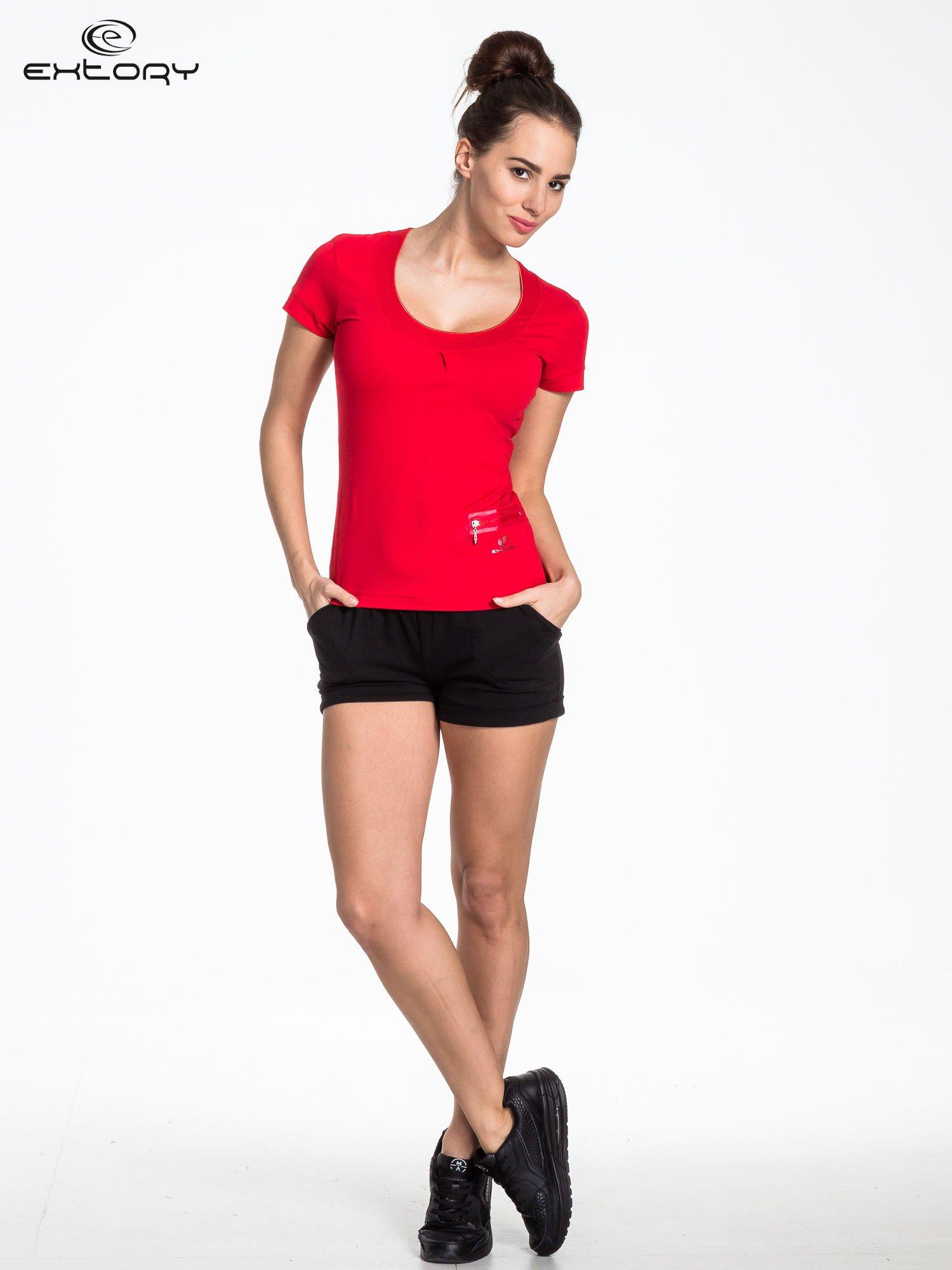 Czerwony t-shirt sportowy z kieszonką i ozdobnym dekoltem                                  zdj.                                  2