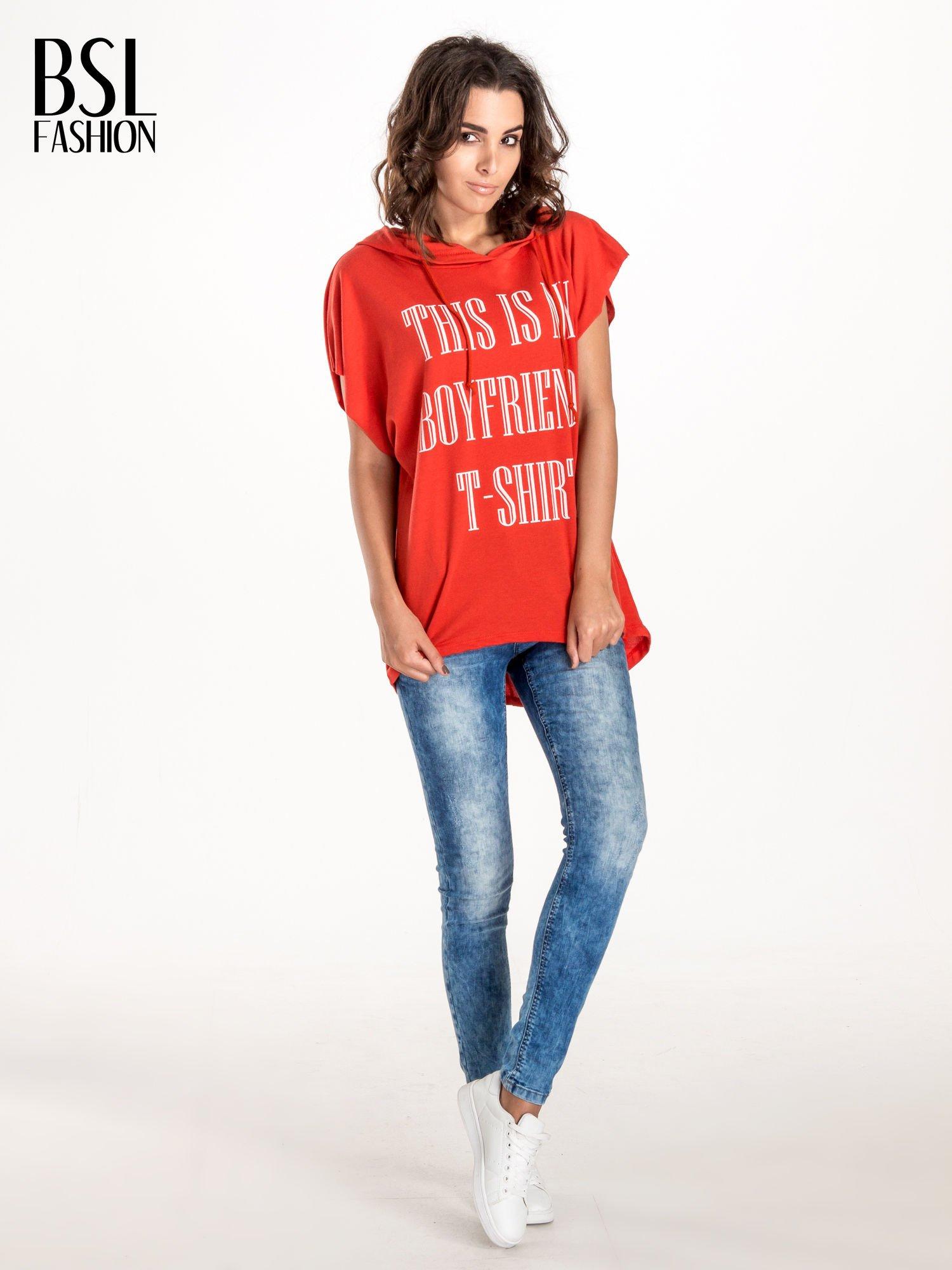 Czerwony t-shirt z kapturem w stylu boyfriend                                  zdj.                                  4
