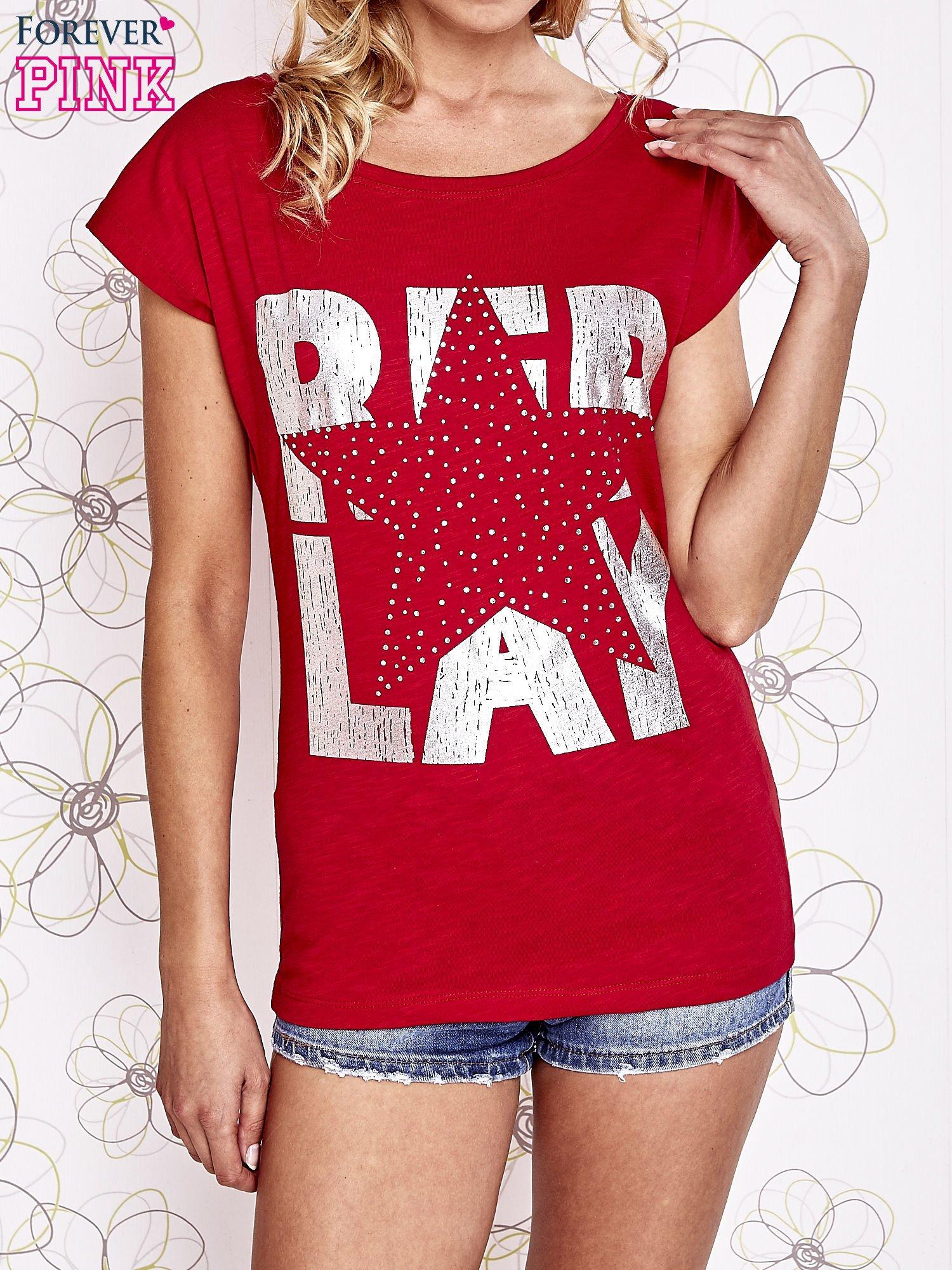 Czerwony t-shirt z motywem gwiazdy i dżetami                                  zdj.                                  1
