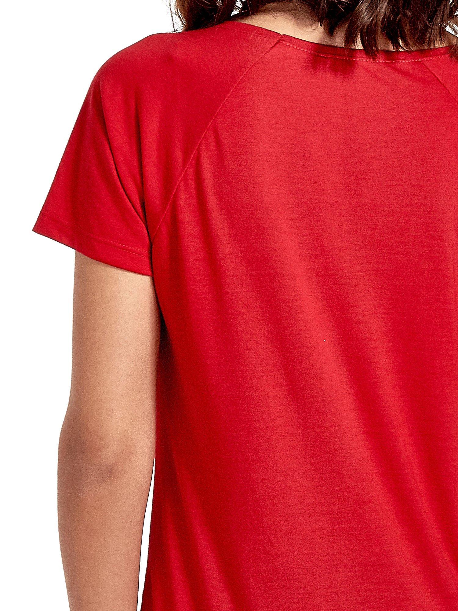 Czerwony t-shirt z napisem GET OUT OF YOUR OWN WAY                                  zdj.                                  5
