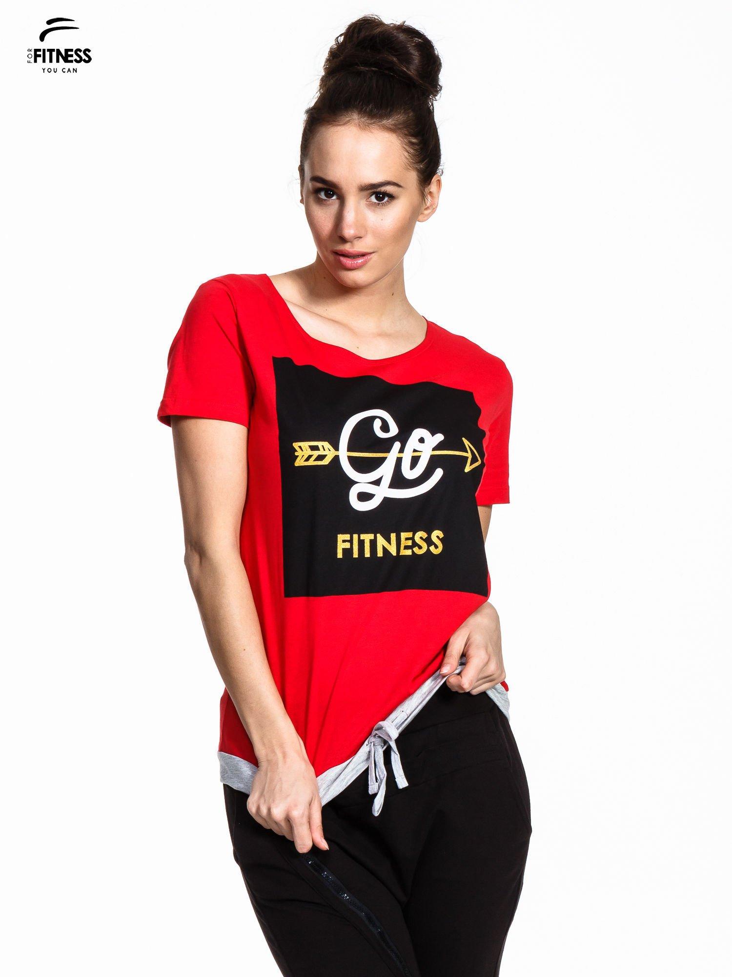 Czerwony t-shirt z napisem GO FITNESS                                  zdj.                                  1