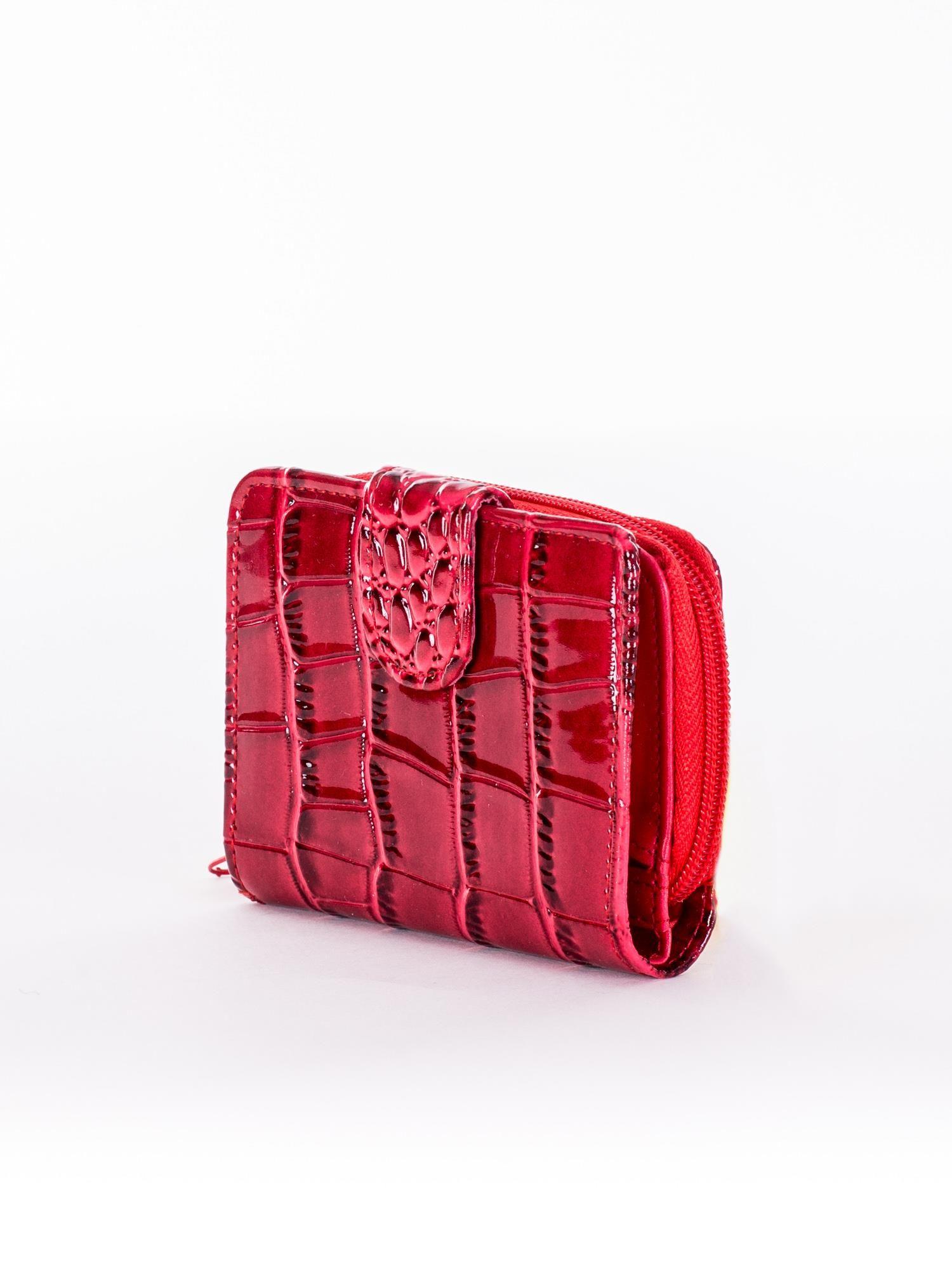 ffaba7f7d Czerwony tłoczony portfel z motywem skóry krokodyla - Akcesoria portfele -  sklep eButik.pl