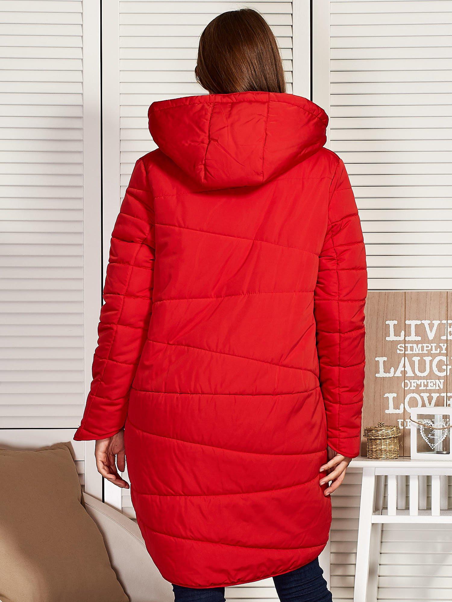 56dcfeb201bf1 Czerwony zimowy płaszcz z broszką - Kurtka płaszcz - sklep eButik.pl