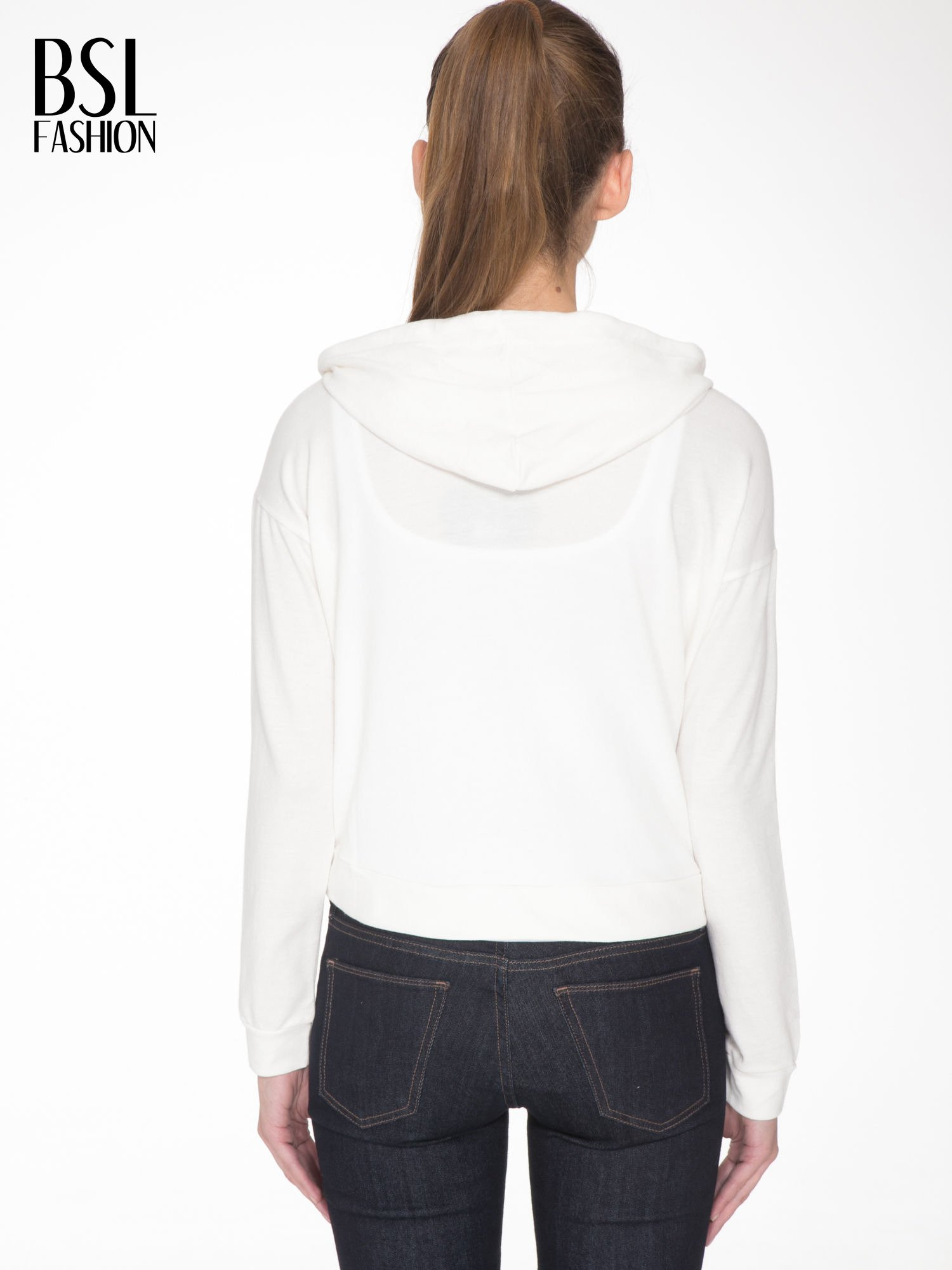 Ecru bluza cropped z katurem i nadrukiem numerycznym                                  zdj.                                  4