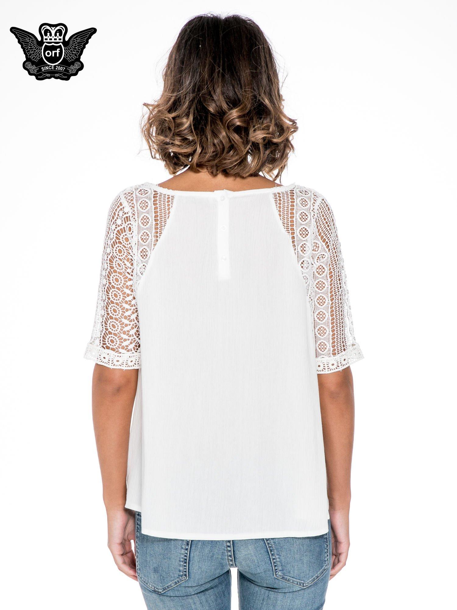 Ecru bluzka koszulowa z koronkowymi rękawami                                  zdj.                                  4