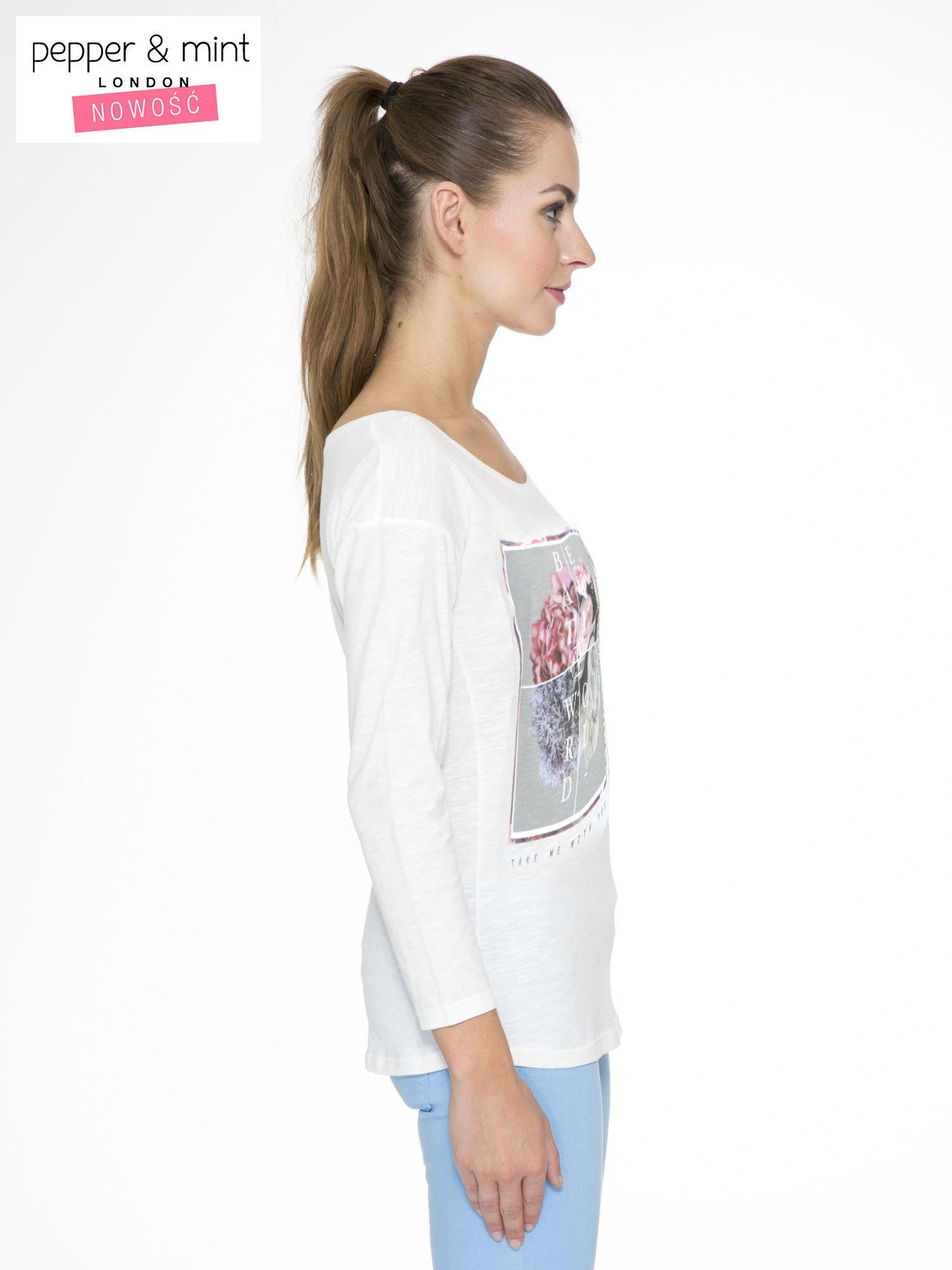Ecru bluzka z nadrukiem kwiatów i napisem BEAUTY OF THE WORLD                                  zdj.                                  3