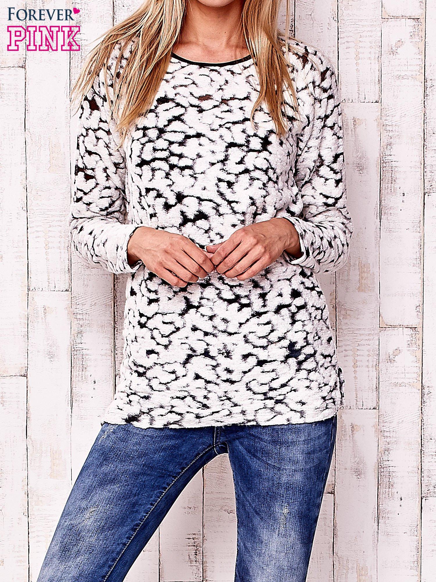 Ecru cienki sweter w abstrakcyjne wzory                                  zdj.                                  1