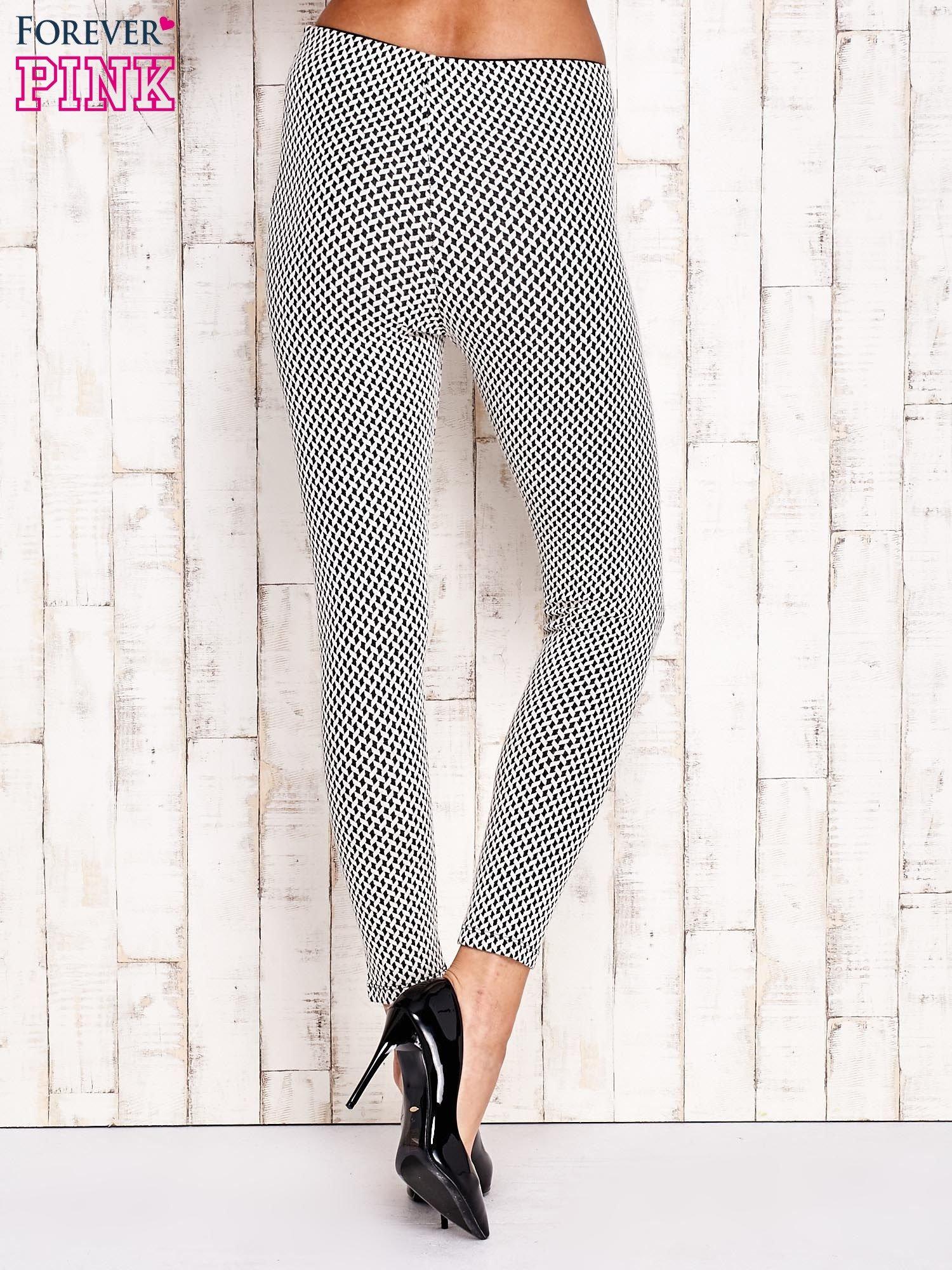 Ecru-czarne dopasowane spodnie w geometryczny wzór                                  zdj.                                  2