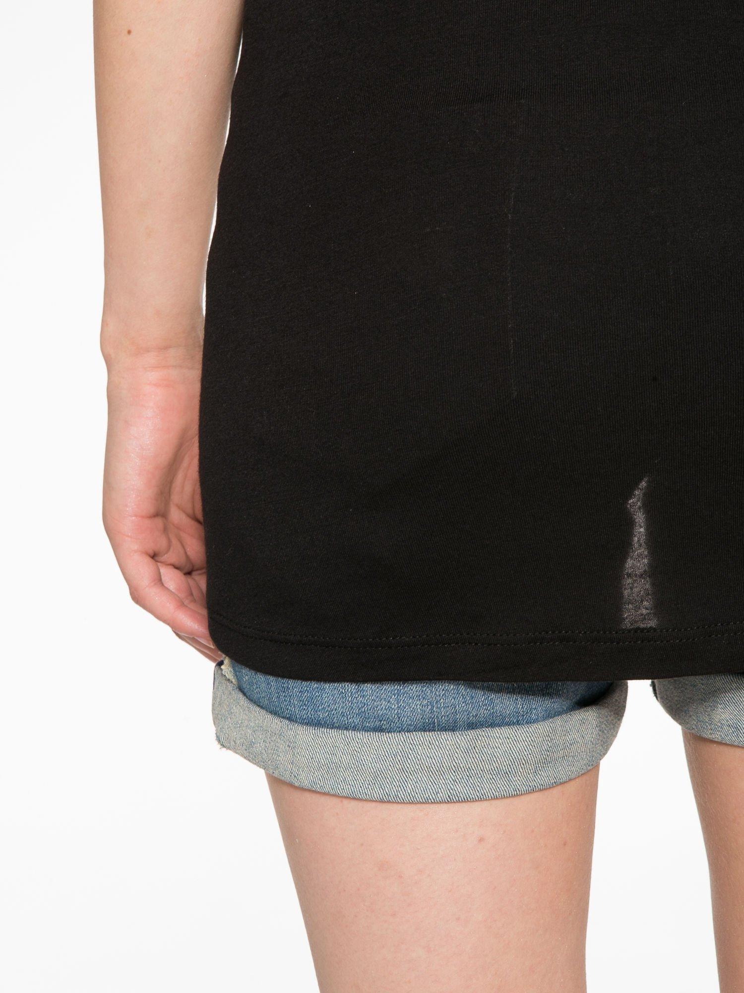 Ecru-czarny t-shirt z nadrukiem piórek zdobionych dżetami                                  zdj.                                  12
