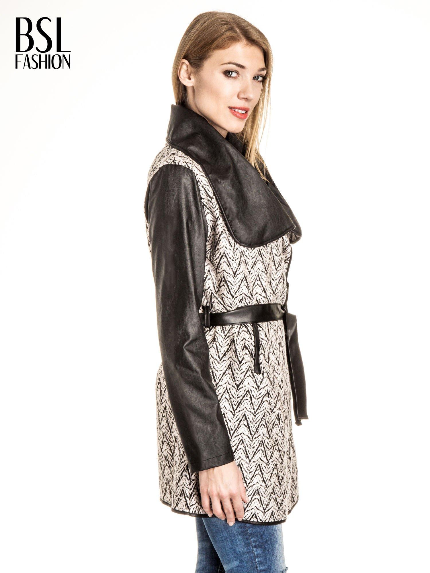 Ecru-czarny wzorzysty wełniany płaszcz ze skórzanymi rękawami                                  zdj.                                  3