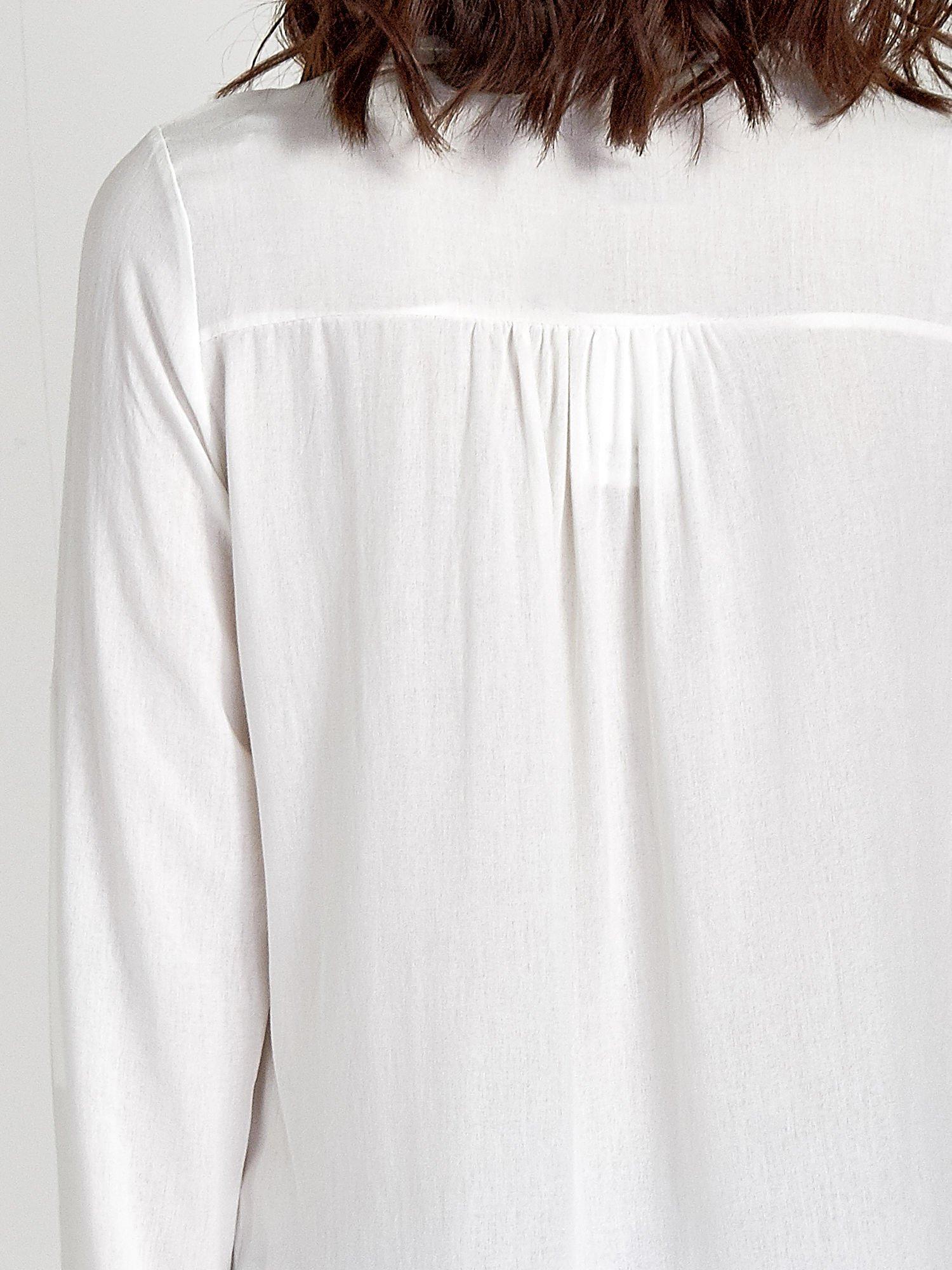 Ecru koszula ze wzorzystą wstawką w stylu etno                                  zdj.                                  7