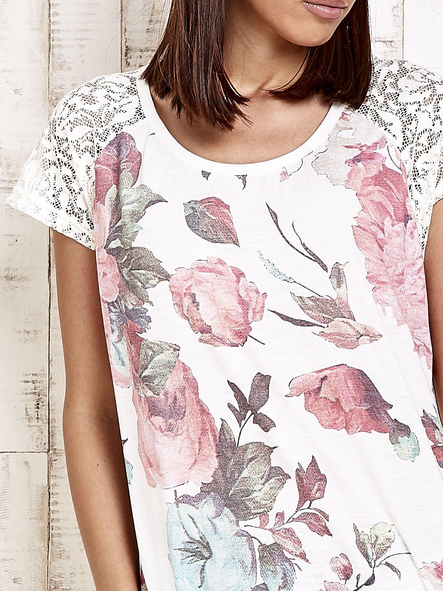 Ecru kwiatowy t-shirt z koronką przy rękawach                                  zdj.                                  5