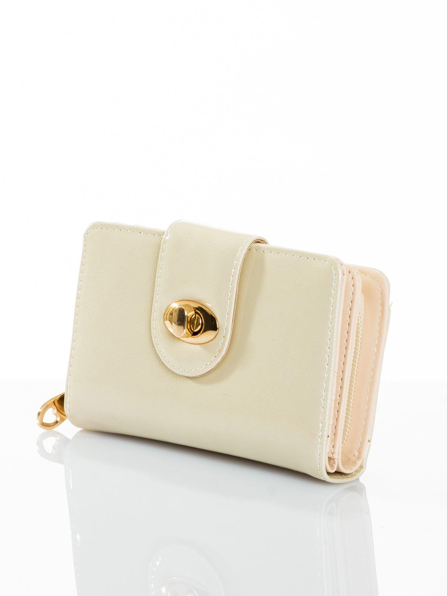 Ecru portfel ze złotym zapięciem efekt skóry saffiano                                  zdj.                                  2