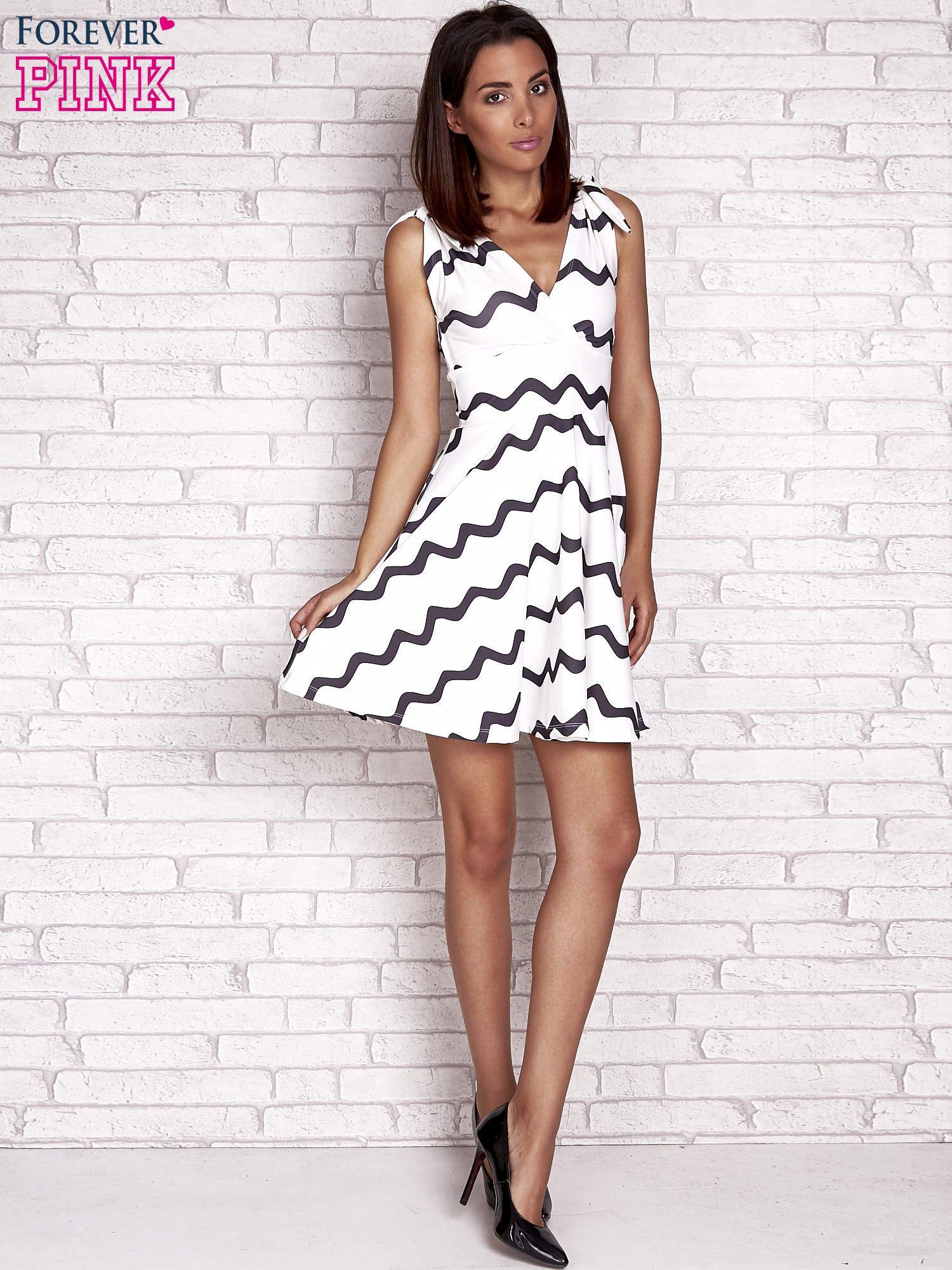Ecru rozkloszowana sukienka w graficzne wzory                                  zdj.                                  2