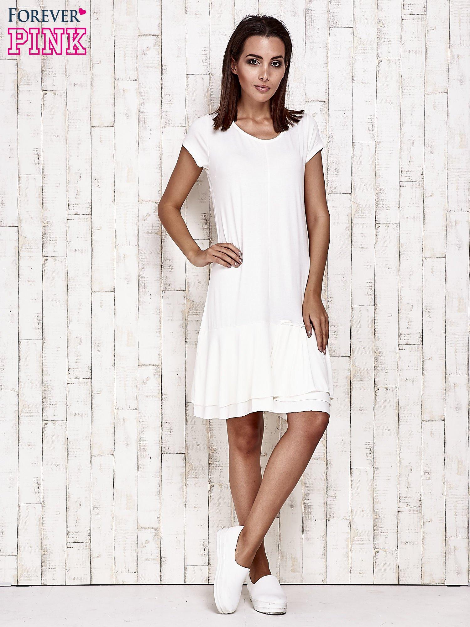 Ecru sukienka dresowa z ozdobną falbaną                                  zdj.                                  4