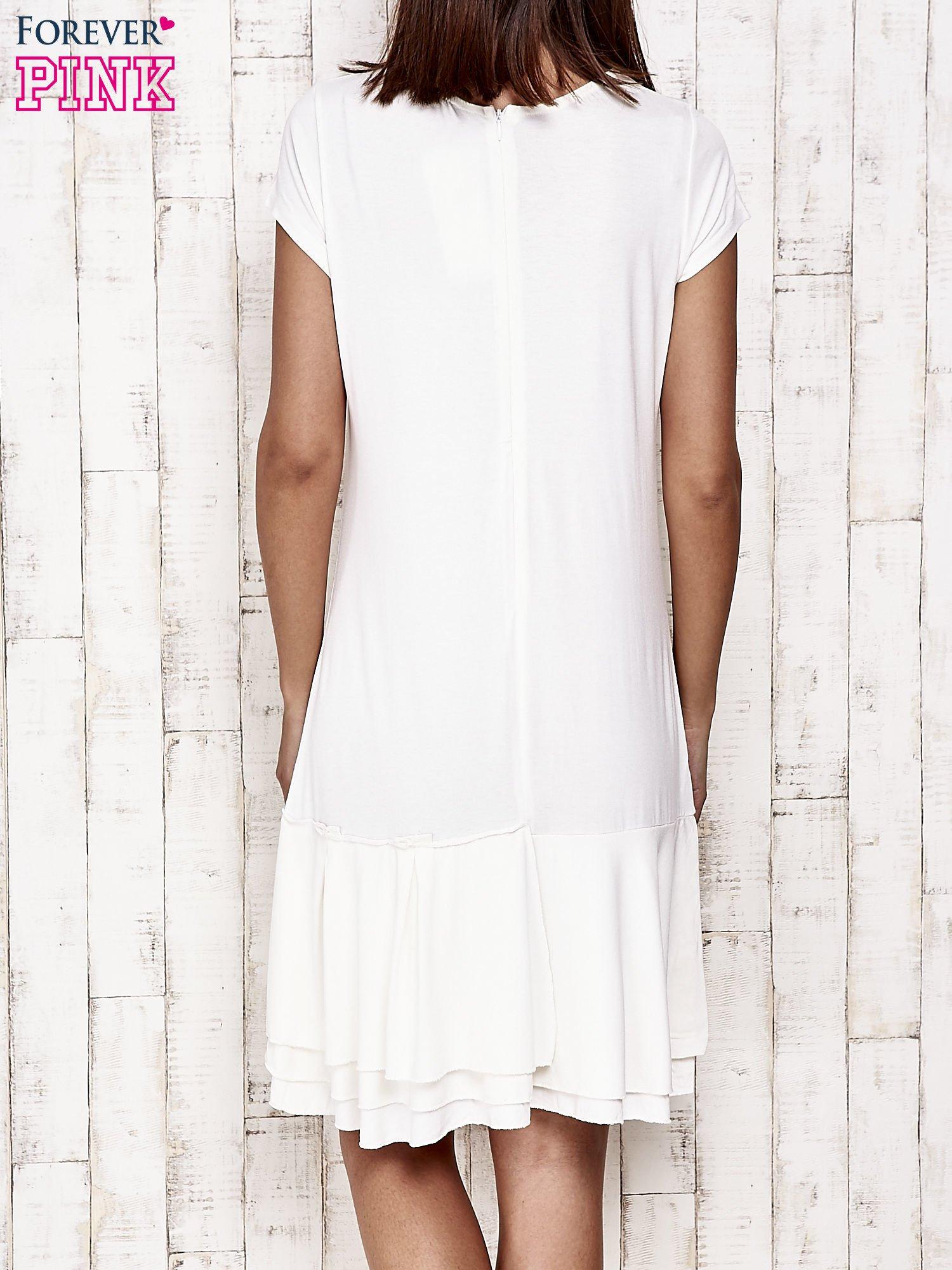 Ecru sukienka dresowa z ozdobną falbaną                                  zdj.                                  2