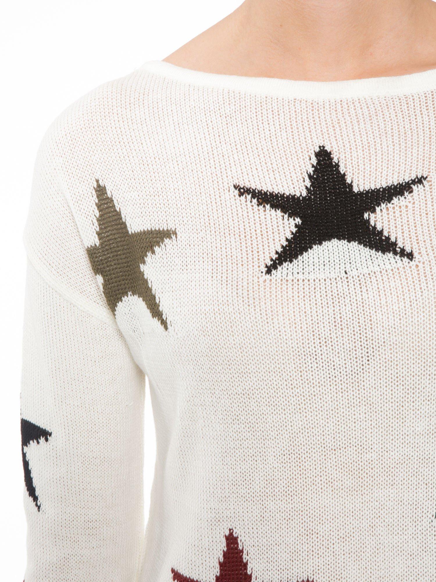 Ecru sweter w gwiazdy z efektem destroyed                                  zdj.                                  5