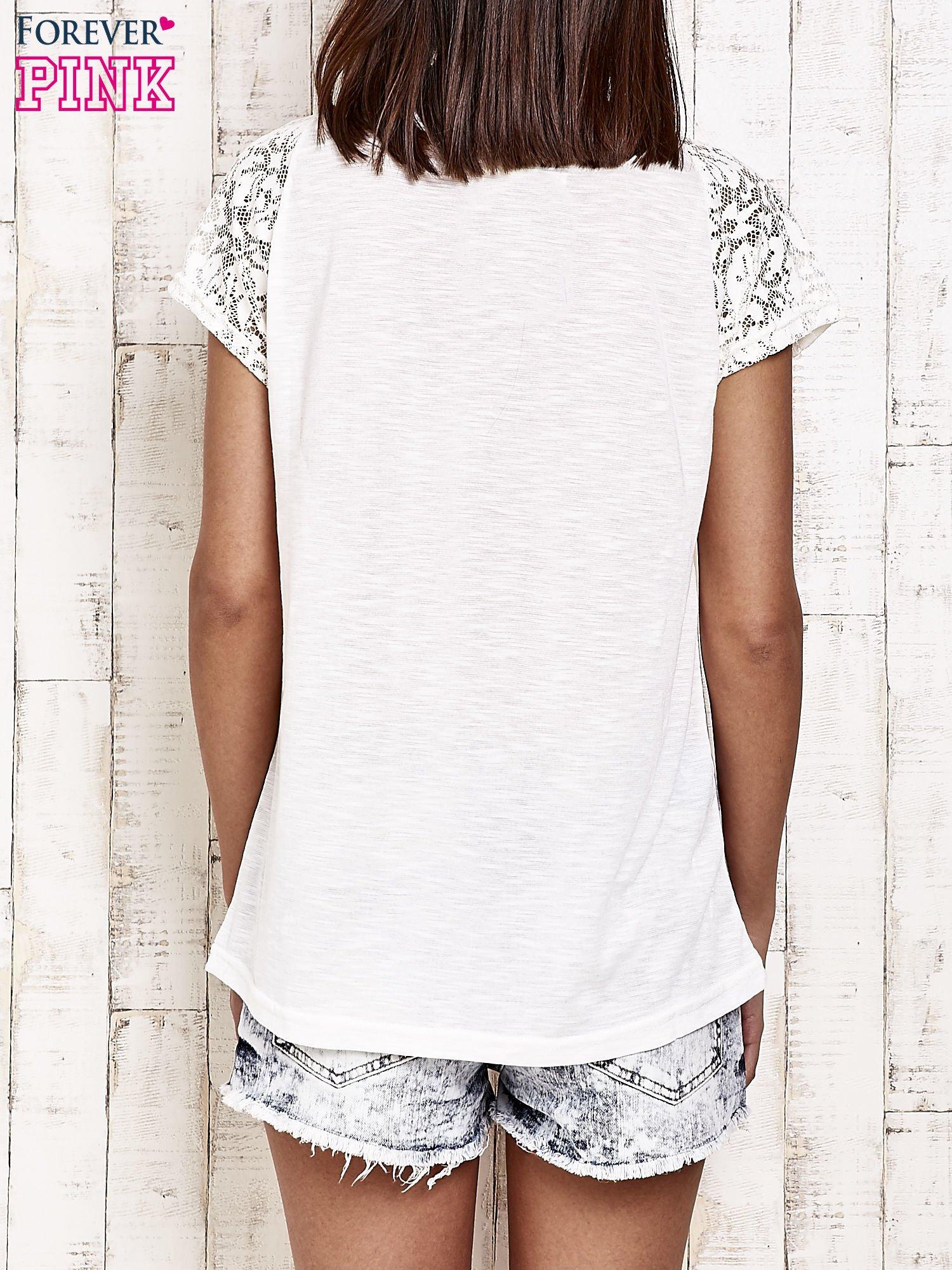 Ecru t-shirt w motylki z koronką przy rękawach                                  zdj.                                  2