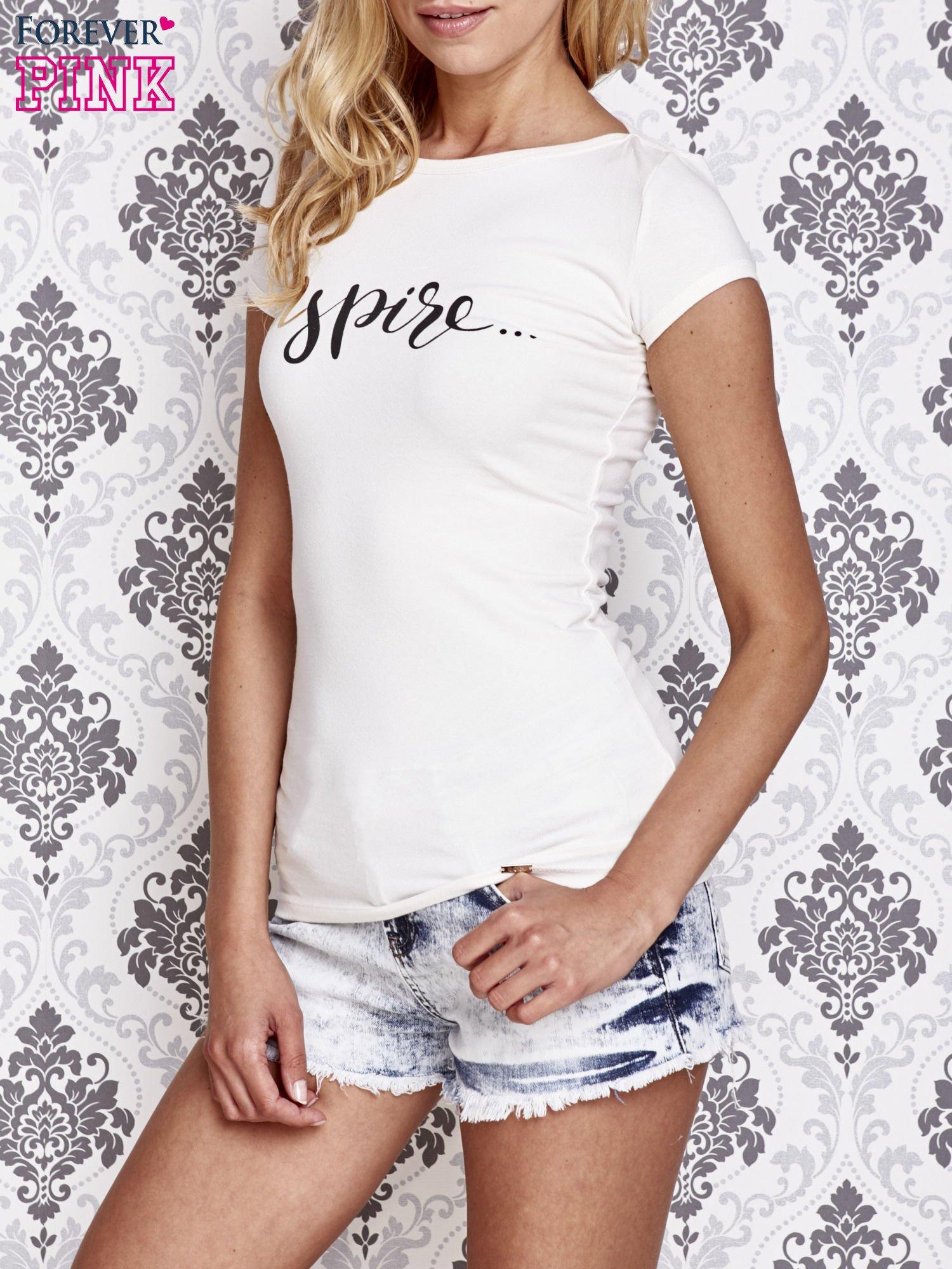 Ecru t-shirt z artystycznym napisem                                  zdj.                                  1
