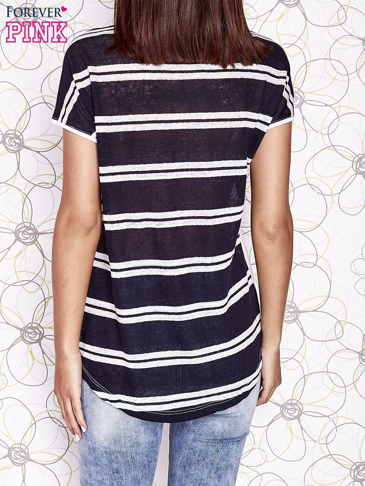 Ecru t-shirt z fioletowym zwierzęcym nadrukiem i pasiastym tyłem                                  zdj.                                  2
