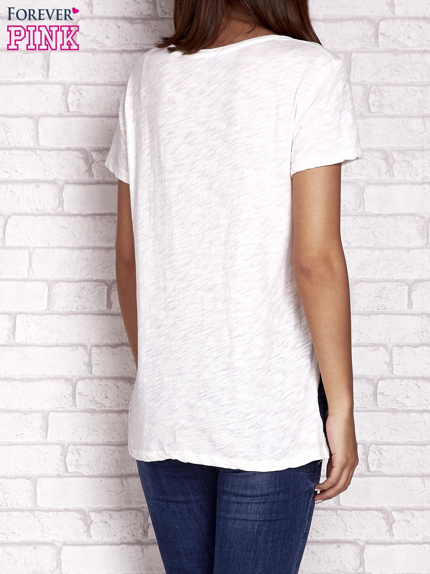Ecru t-shirt z kolorowymi naszywkami i napisem                                  zdj.                                  4