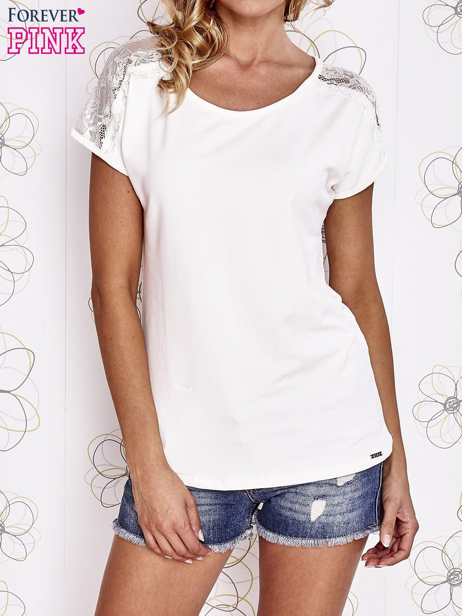 Ecru t-shirt z koronkowym wykończeniem rękawów                                  zdj.                                  1