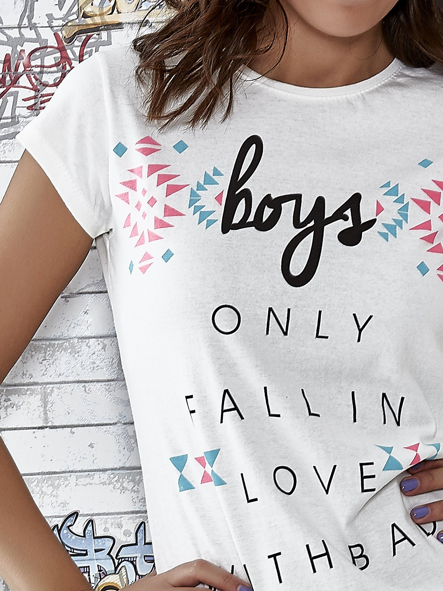 Ecru t-shirt z napisem BOYS ONLY FALL IN LOVE WITH BAD                                  zdj.                                  5